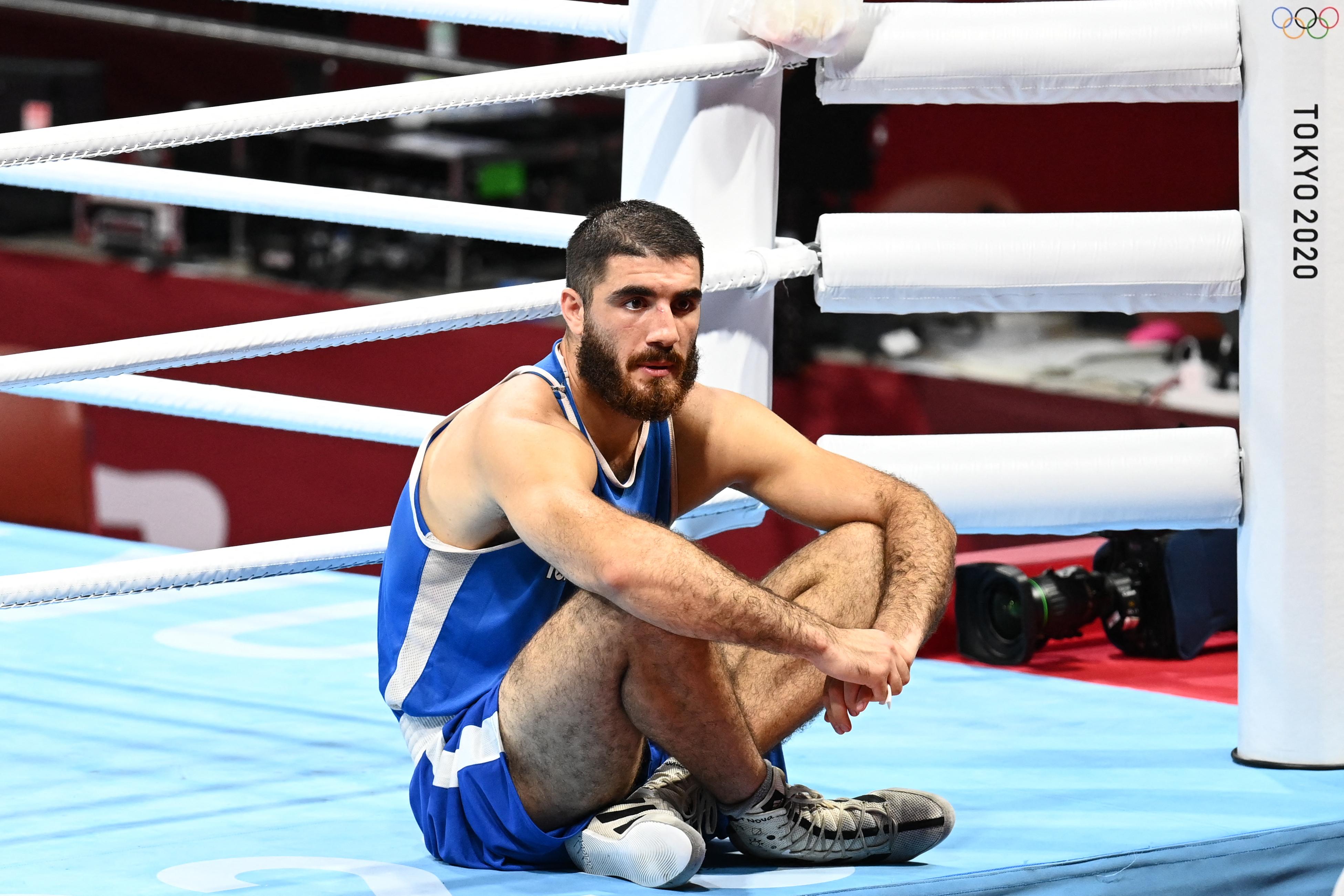 Ülősztrájkkal akarta visszahozni a meccset a francia bokszoló, de ki kellett mennie a vécére