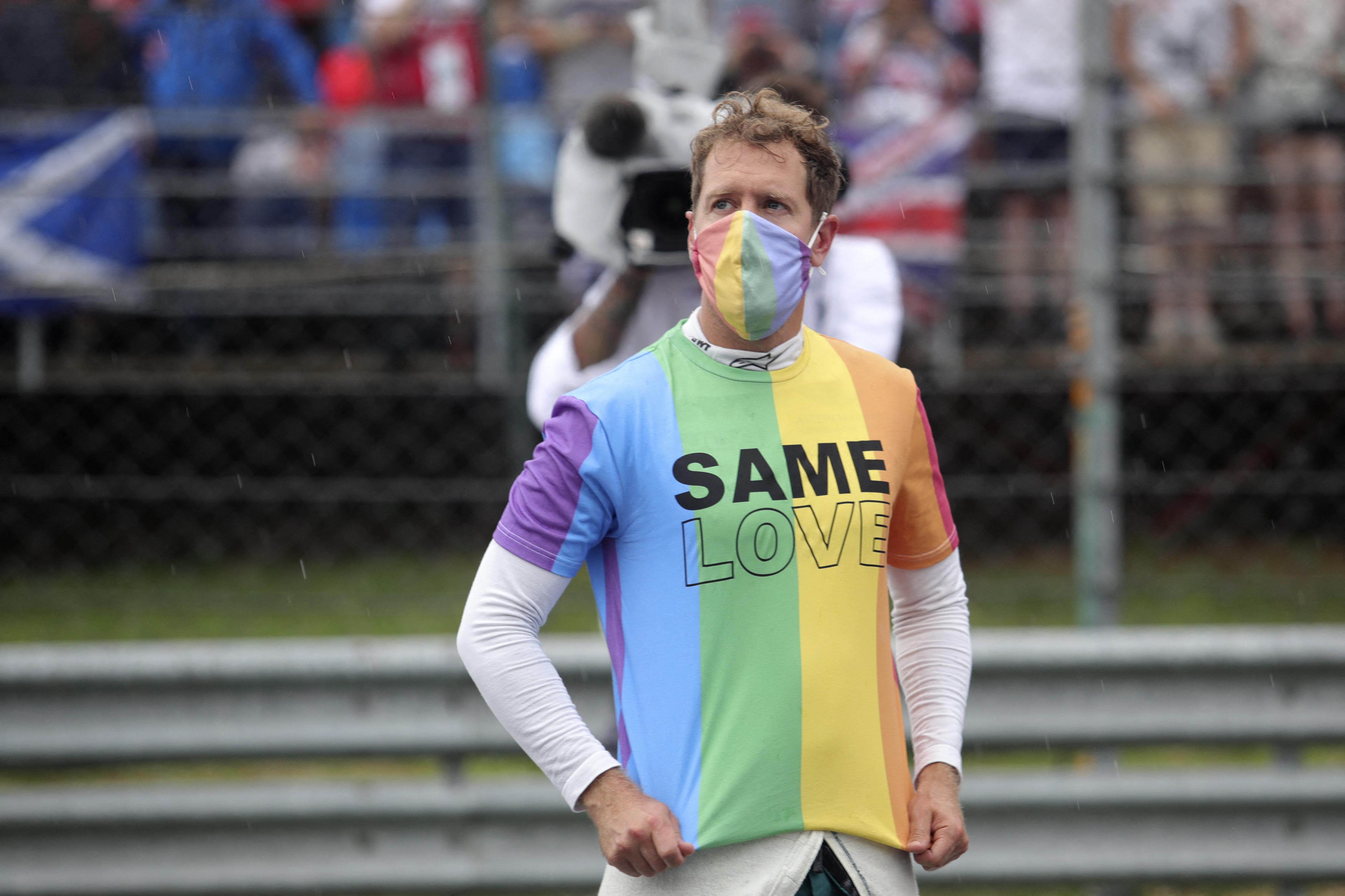Sebastian Vettel szivárványos maszkban és szivárványos pólóban ment a Hungaroringre