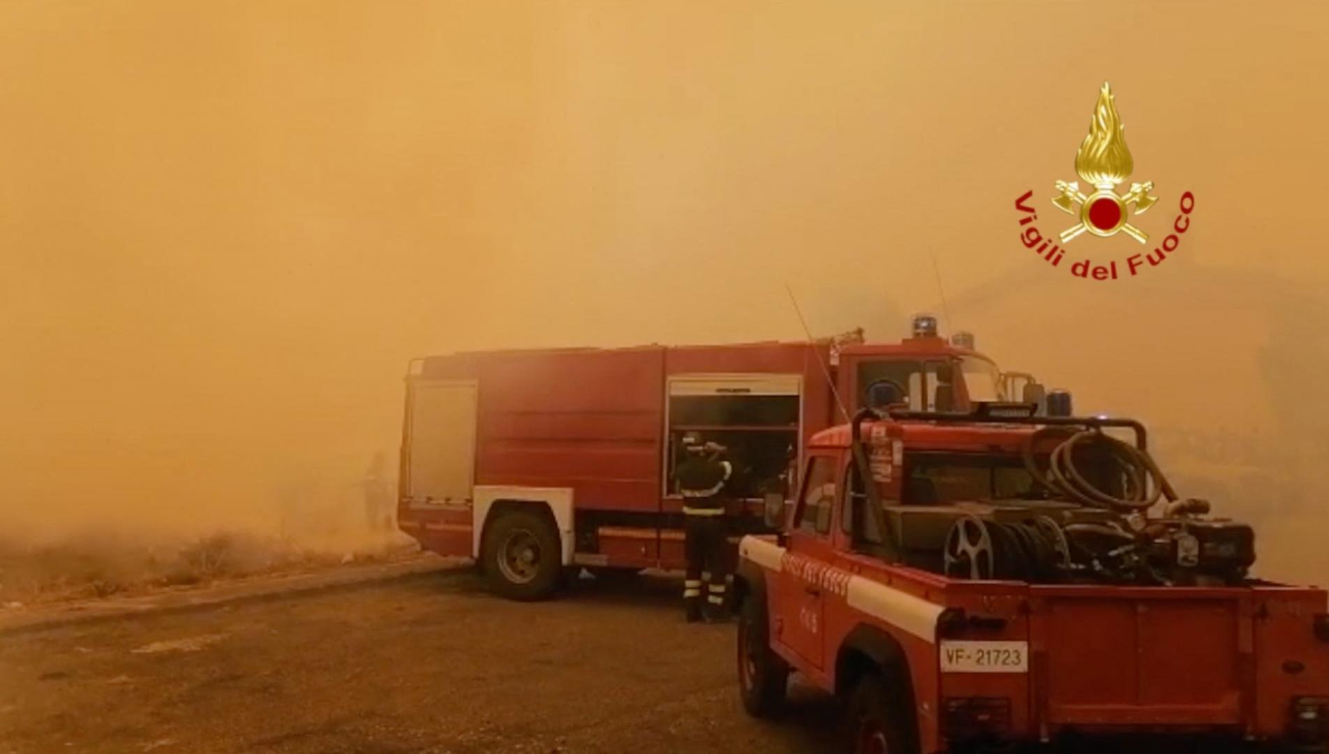 Szicíliában több mint nyolcszáz tűzoltó küzd az erdőtüzekkel