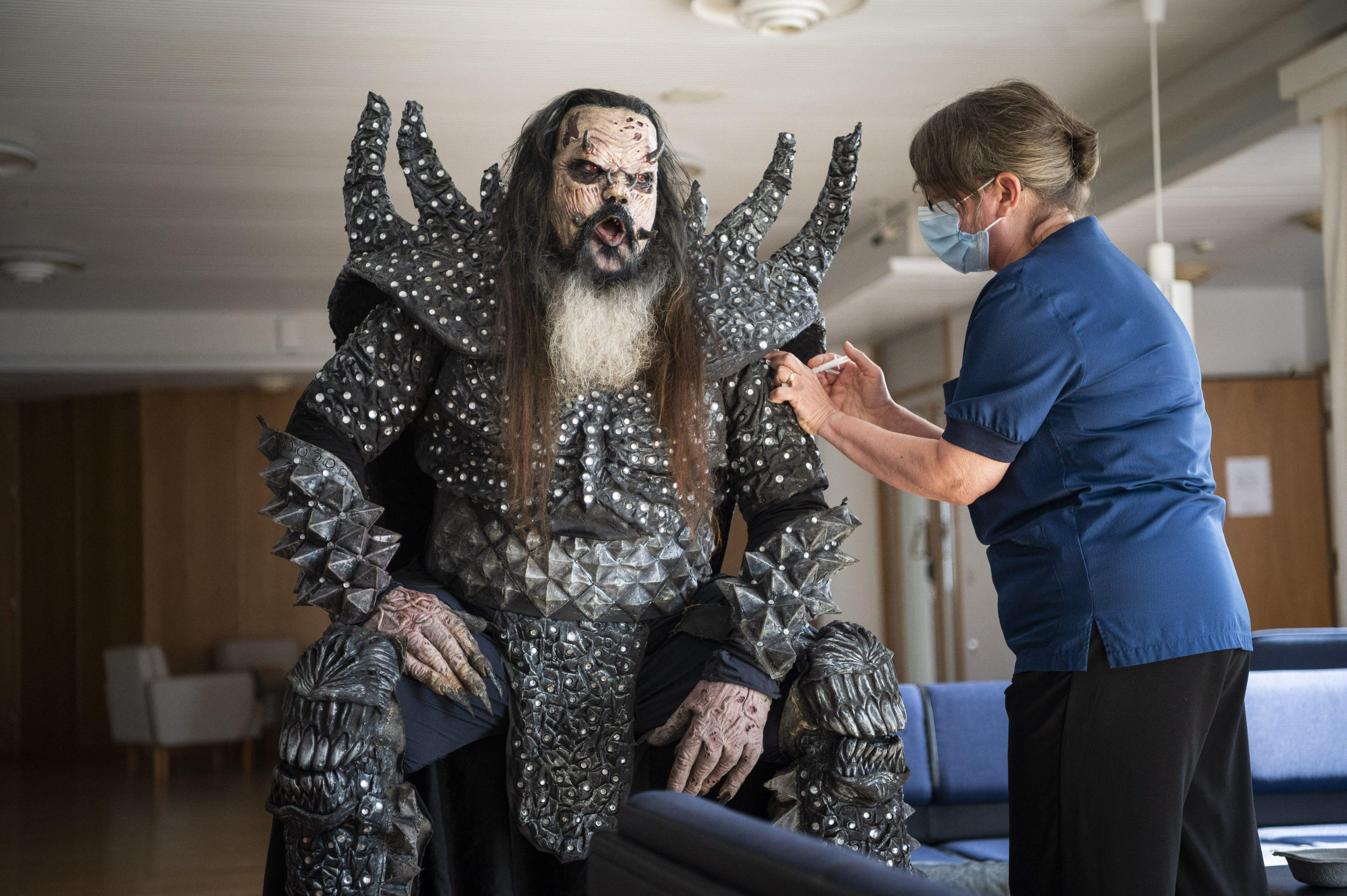 A Lordi énekese fellépőruhában vette fel a második oltását