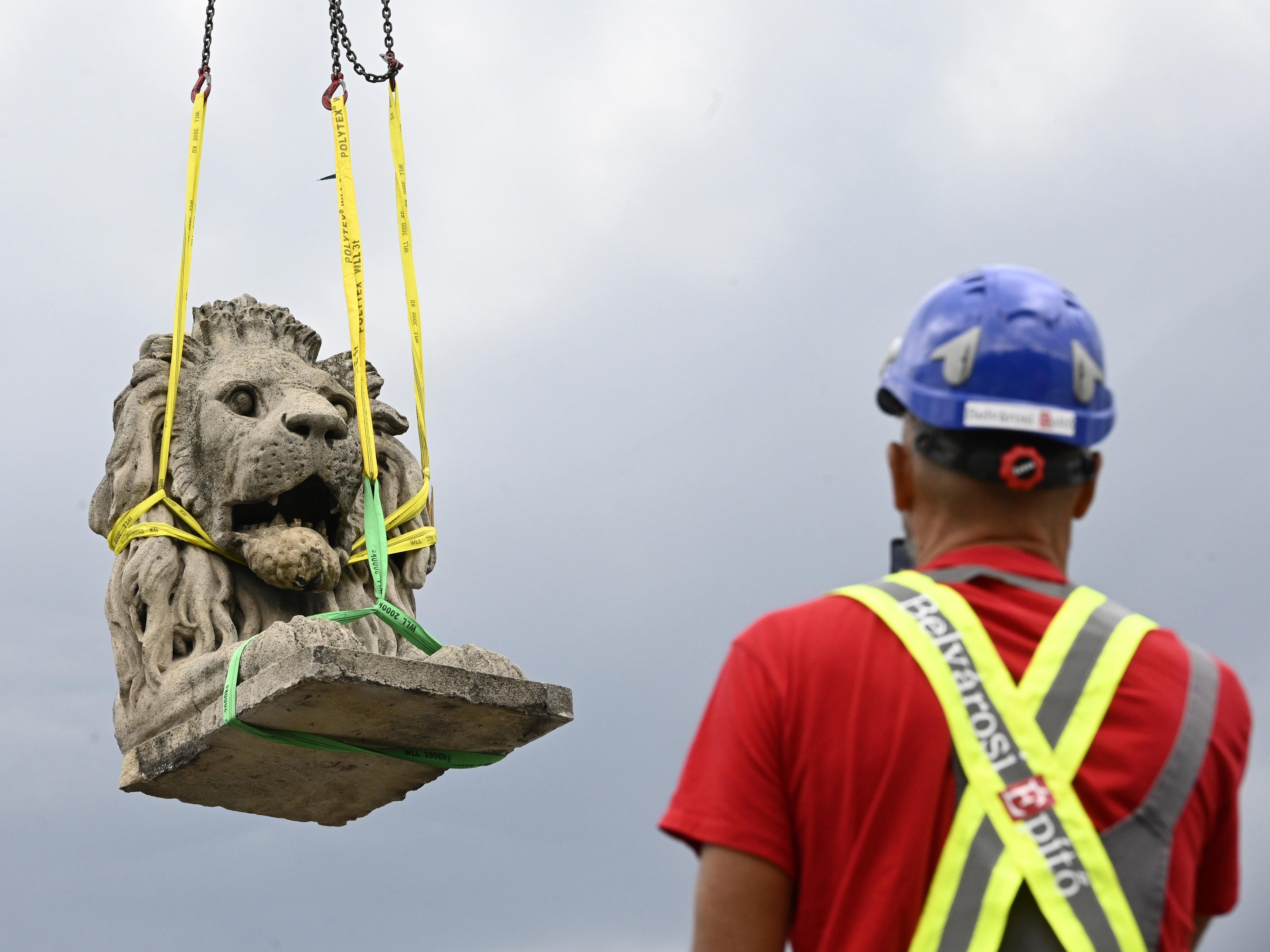 Leemelték az első oroszlánt a Lánchídról