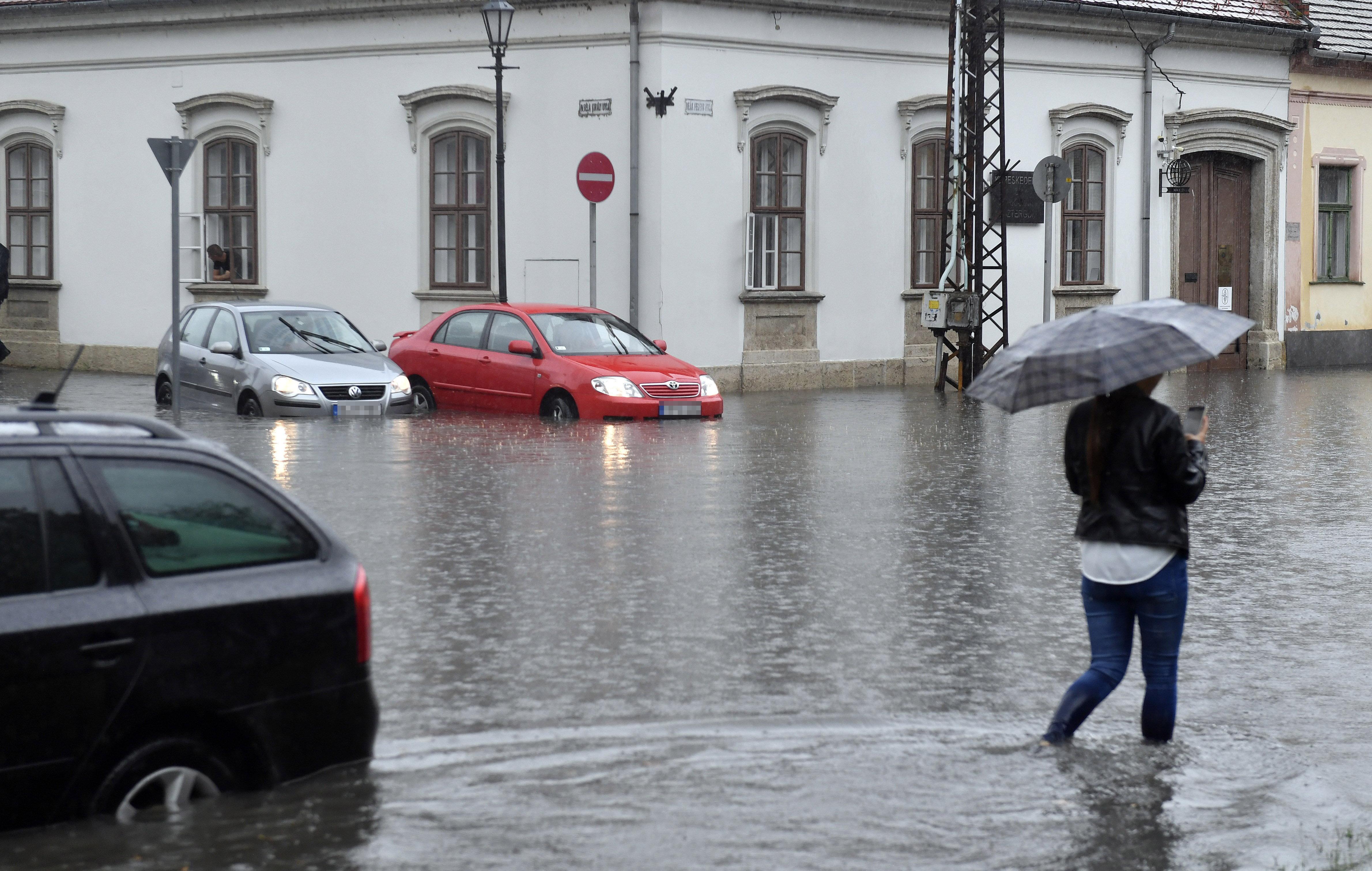 Villámárvizet okozott a hirtelen leszakadó eső Esztergomban