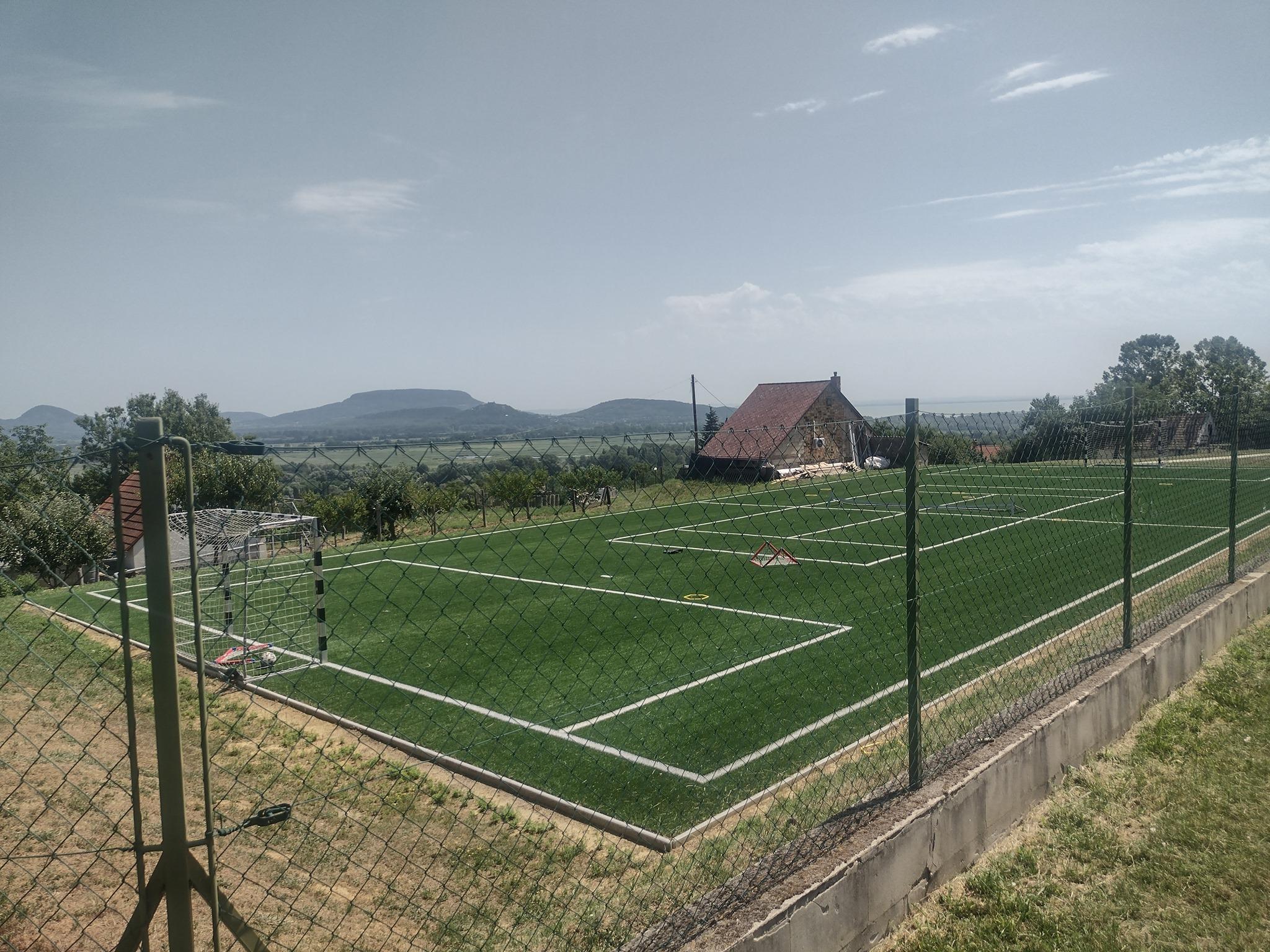 Szijjártó Péter annyira sportos, hogy tavaly egy műfüves focipálya is épült a balatoni nyaralója mellé