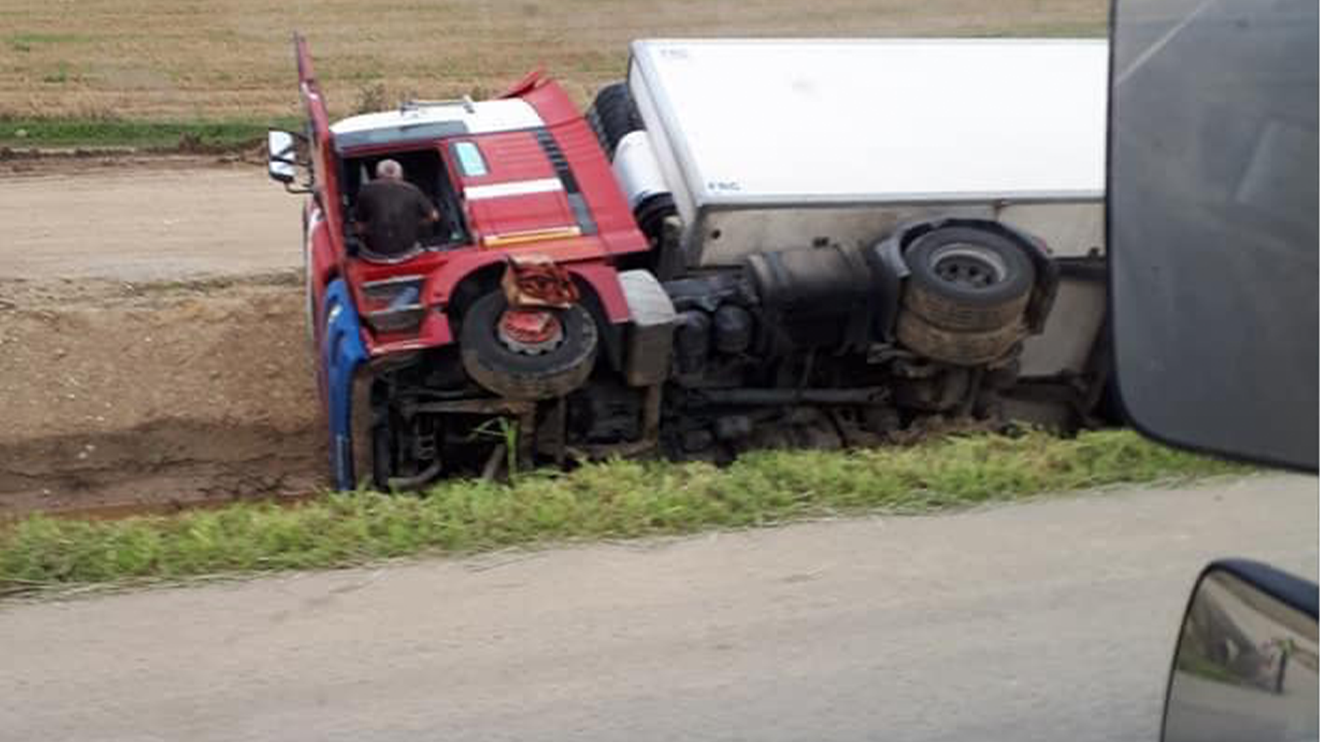 Egy hete az árokba borult kamionjában lakik egy lengyel sofőr Borsodban
