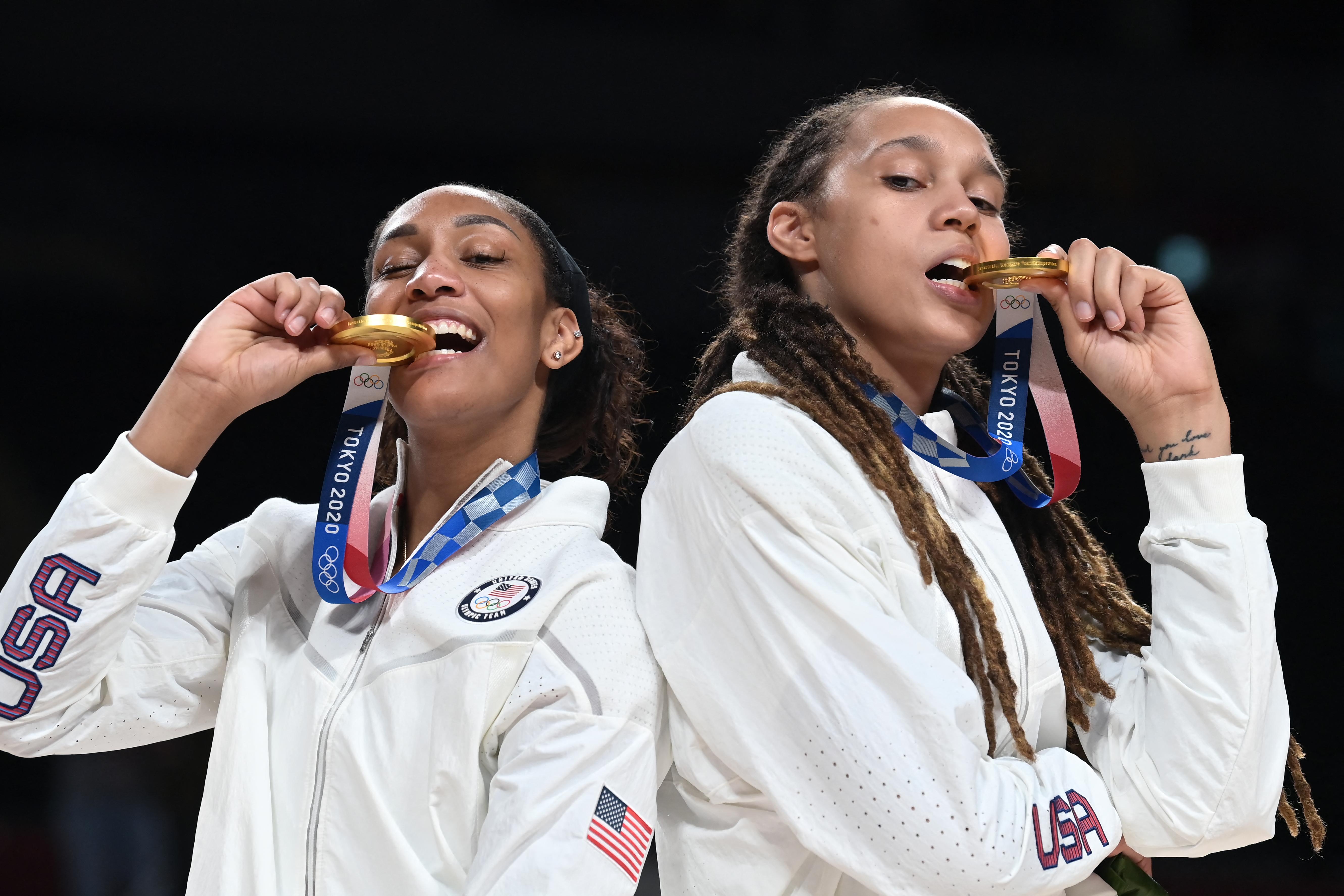 Amerikai, amerikai és francia arany női kosárban, röpiben és kéziben