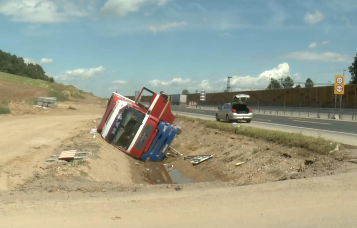 Kihúzták a Novajidránynál egy hete árokba borult kamiont