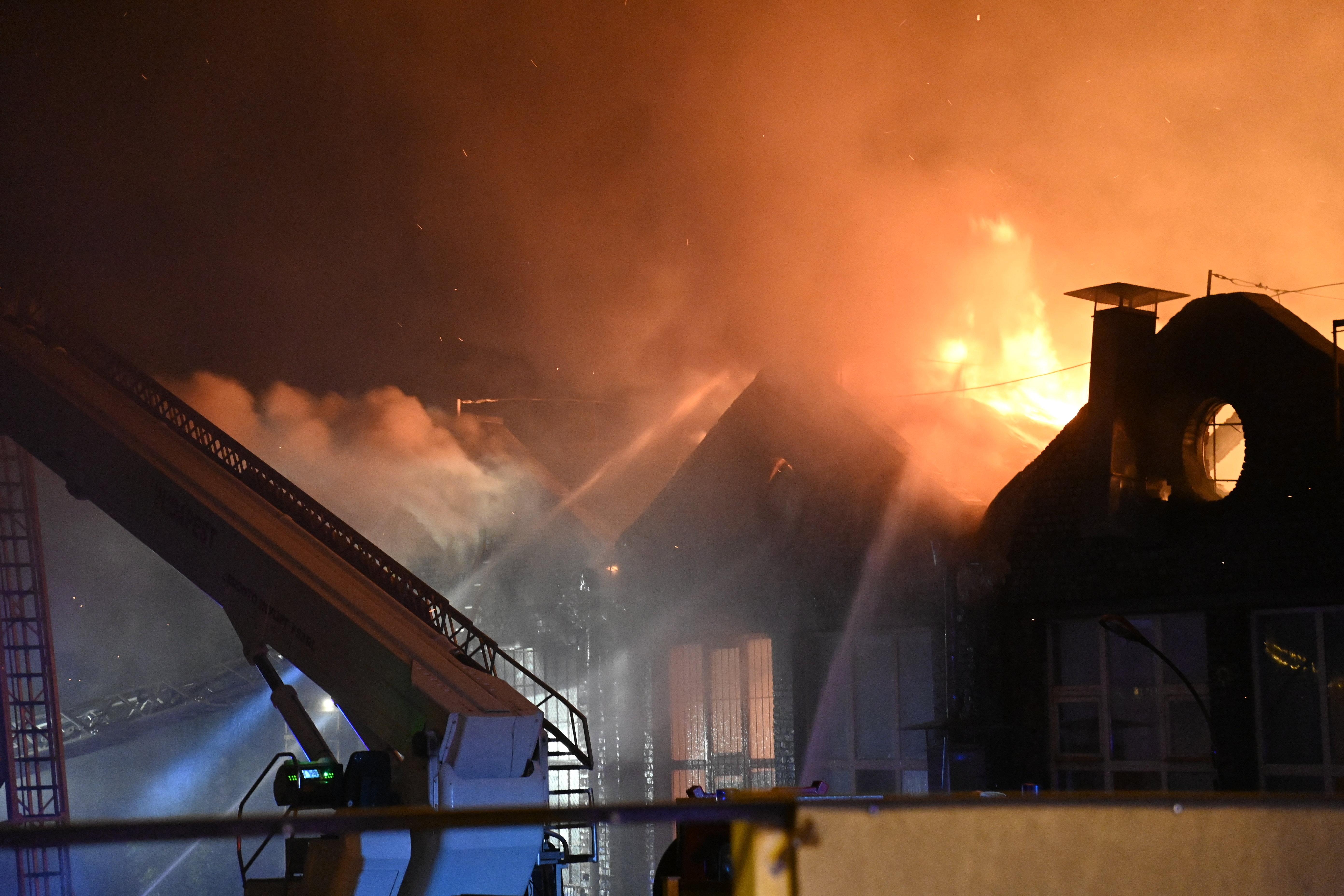 Száz tűzoltó oltotta a lángokat a Kerepesi úton