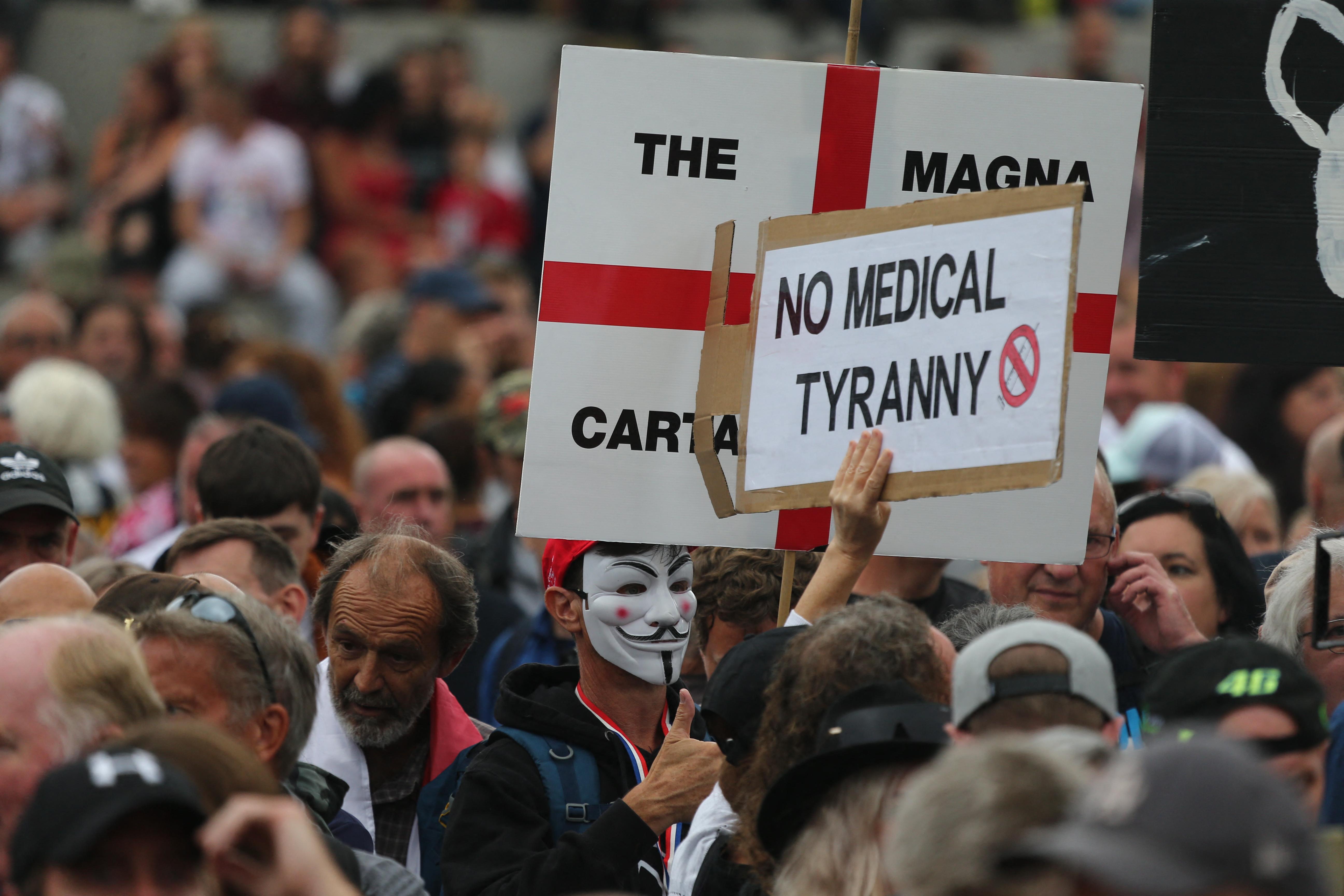 Tévedésből a BBC régi székházát ostromolták meg az oltásellenes tüntetők Londonban