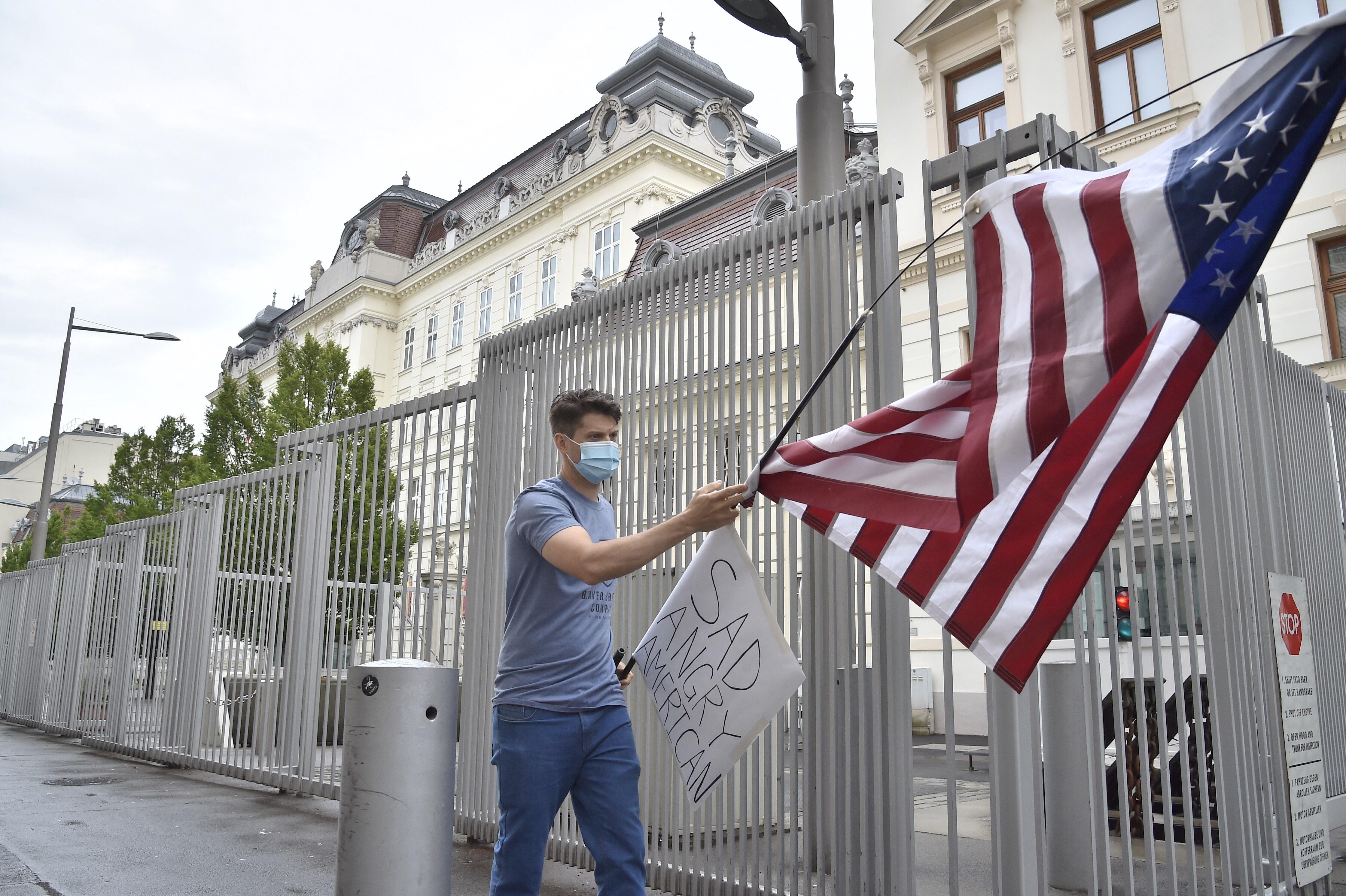 400 éves faliszőnyeget loptak el egy amerikai követségi épületből Bécsben