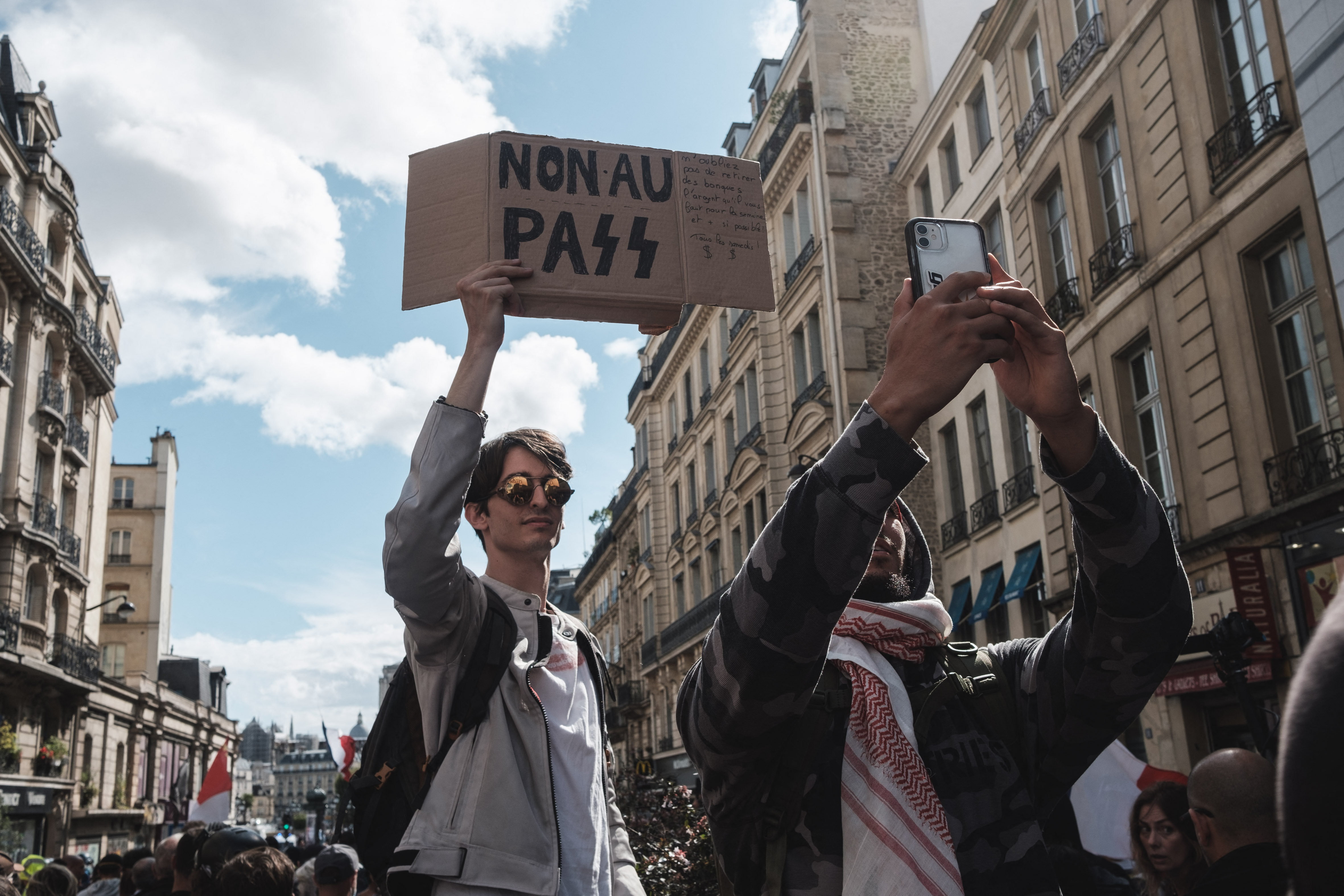 Franciaországban több helyen is horogkereszteket festettek oltópontok épületeire