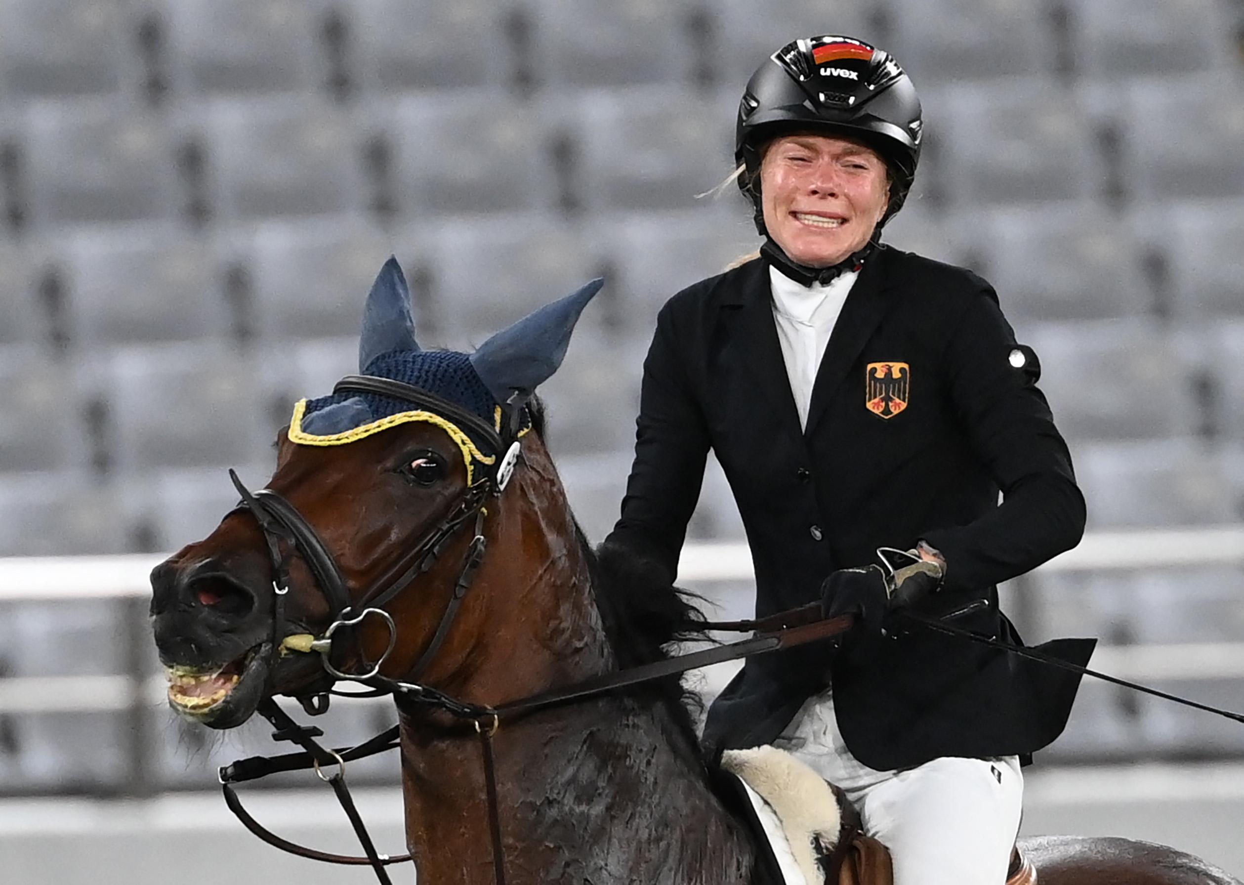 Állatvédelmi képzésre küldték a német edzőt, aki beleboxolt a lóba, amin éppen az aranyéremre esélyes Annika Schleu sírt