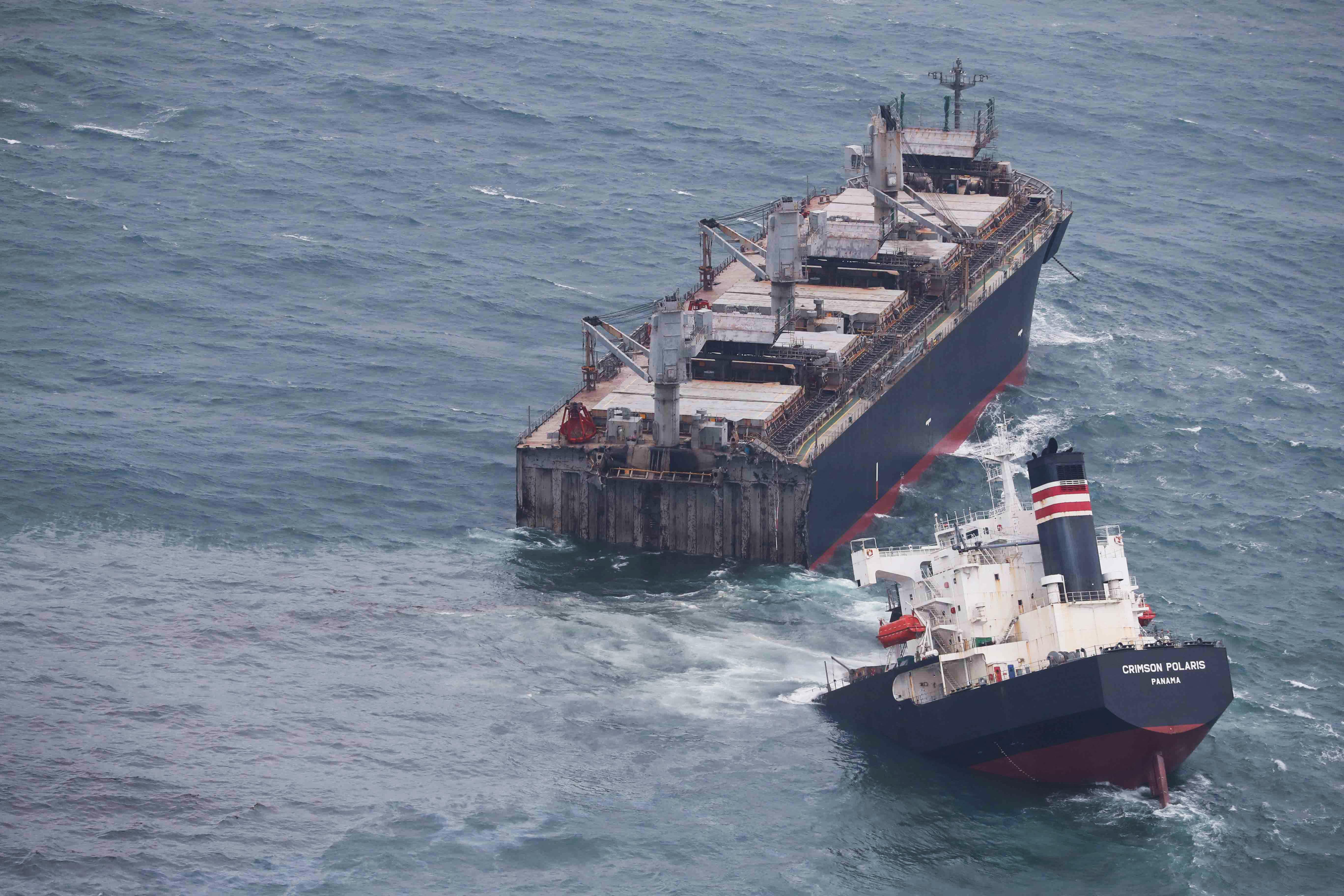 Kettétört egy teherhajó Japán partjainál