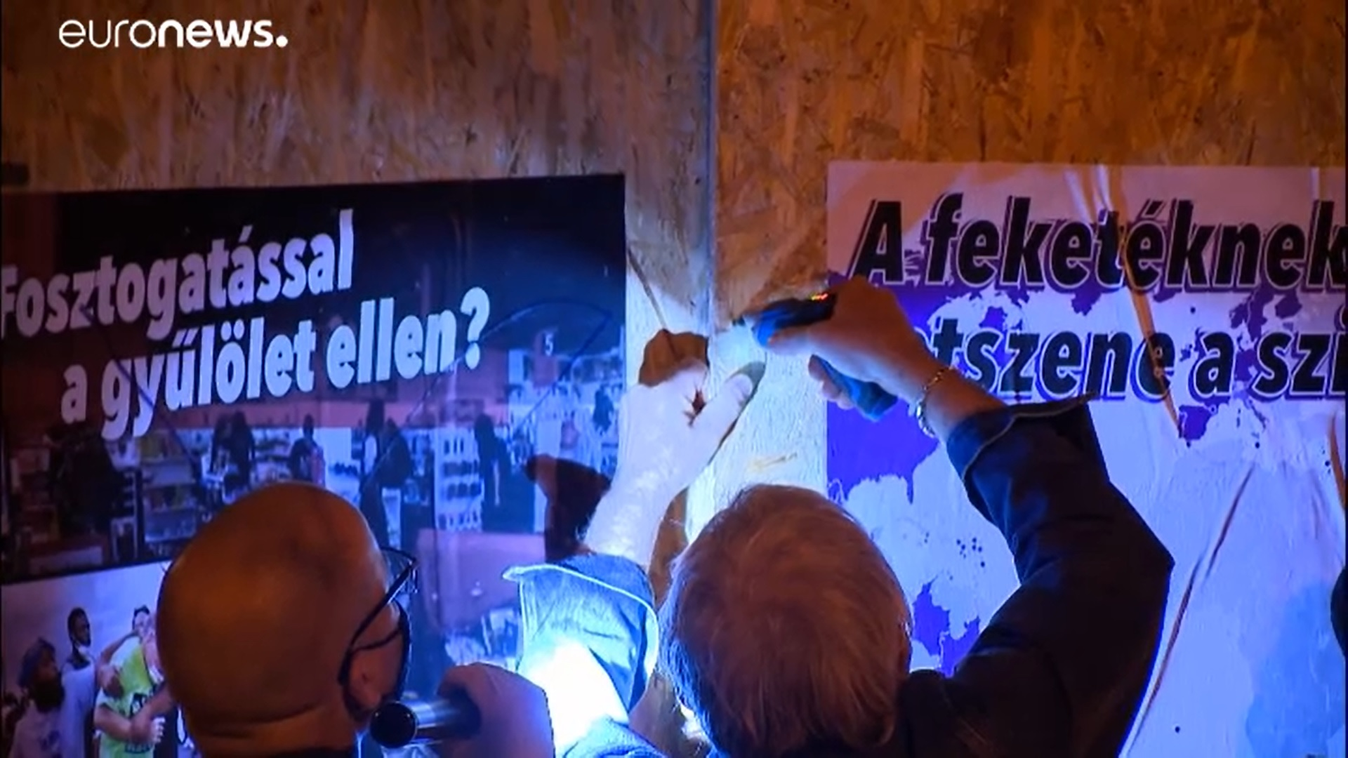 Fekete filccel ikszet rajzolt a ferencvárosi BLM-szobrot eltakaró szélsőségesek plakátjára, 40 ezer forintot kell fizetnie