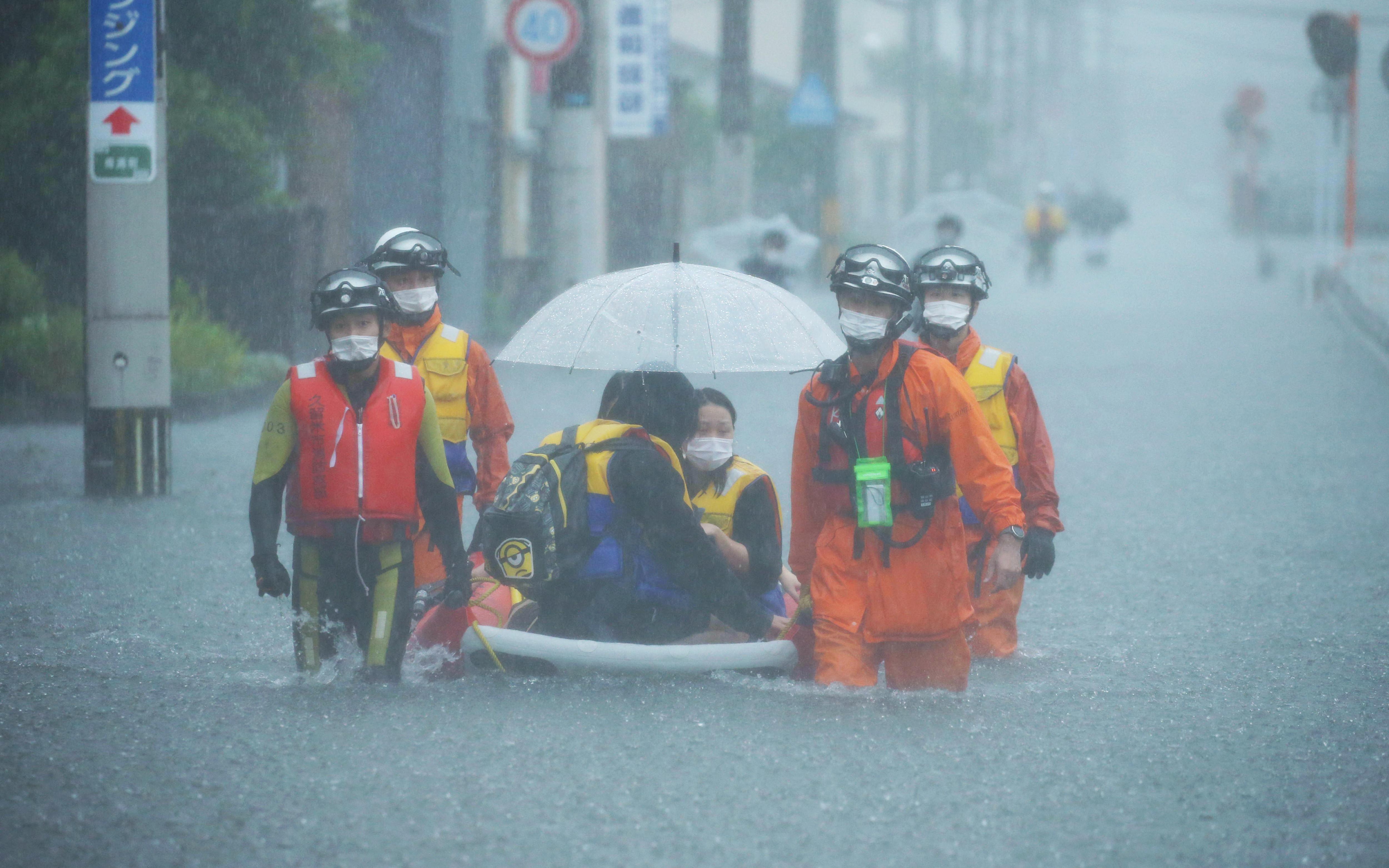 Kétmillió japánt fenyeget a sosem látott esőzés