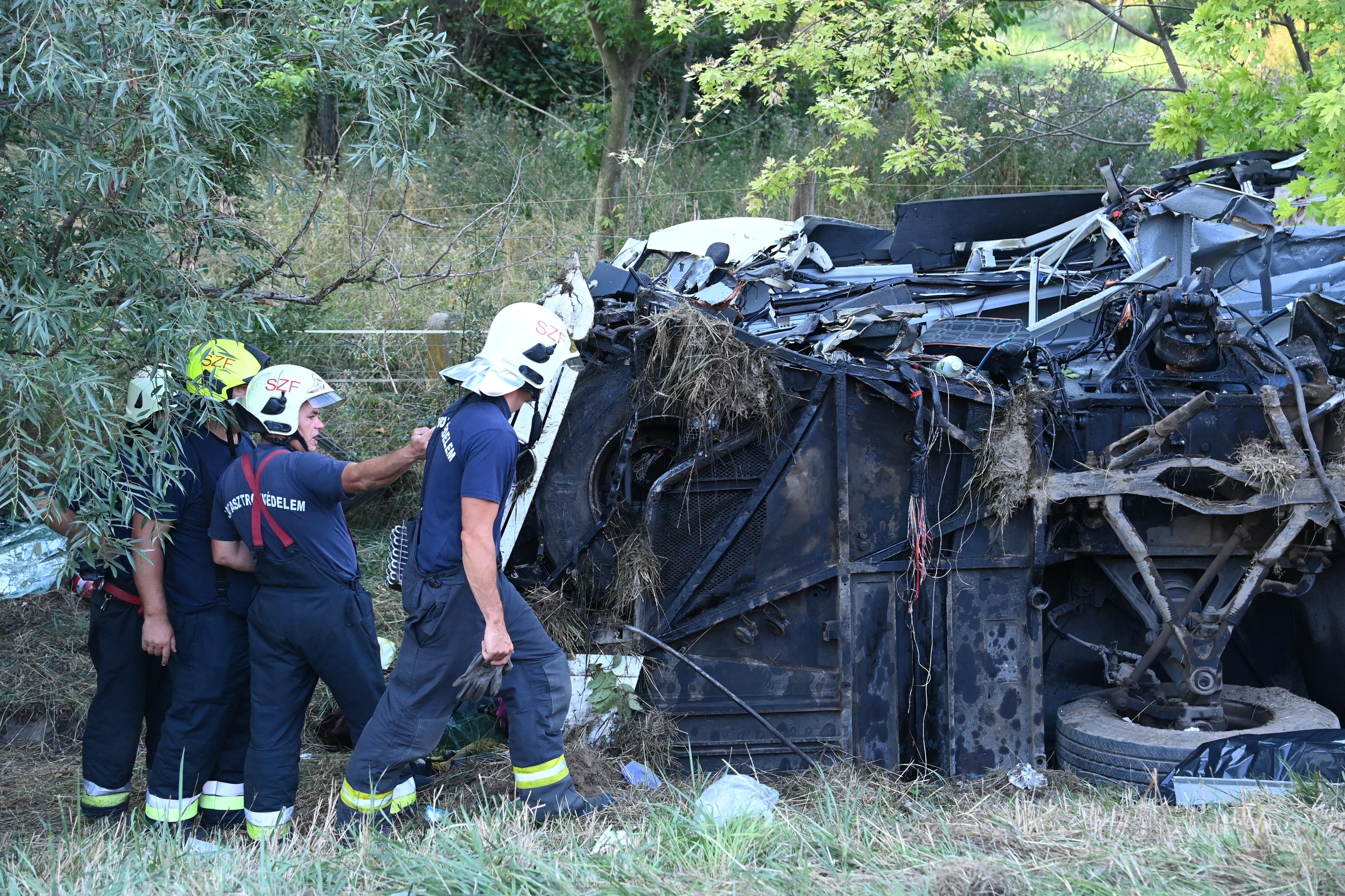 Nyolc ember meghalt, miután oldalára borult egy busz az M7-es autópályán