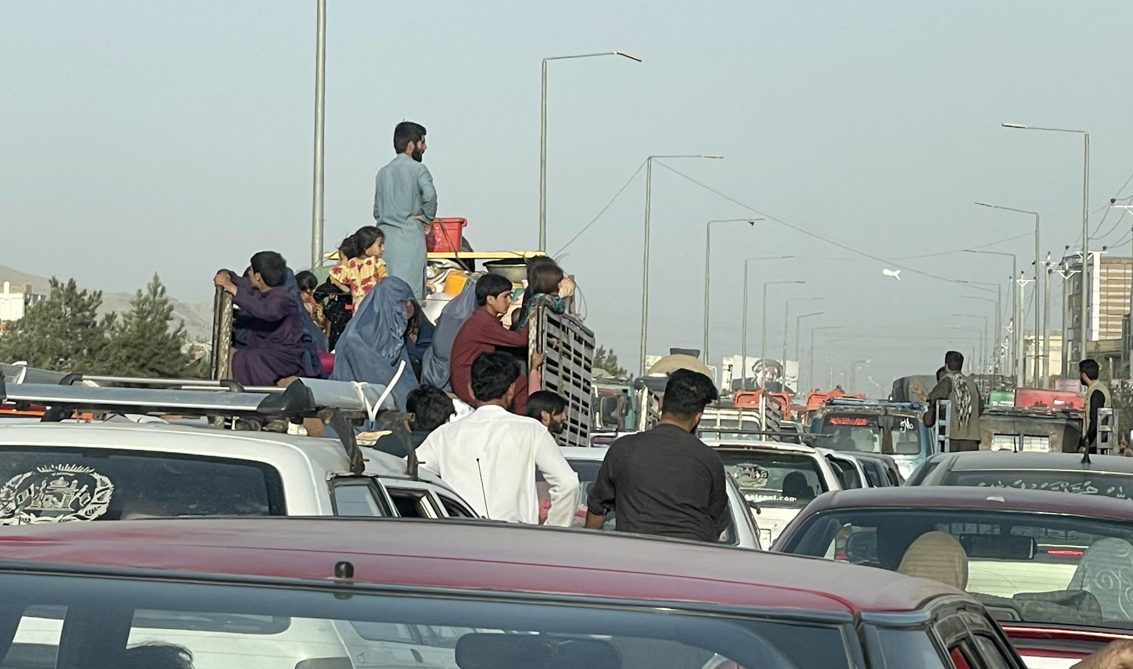 A tálibok bejelentették, hogy vége a háborúnak, a kabuli reptéren kaotikus a helyzet, mindenki menekül