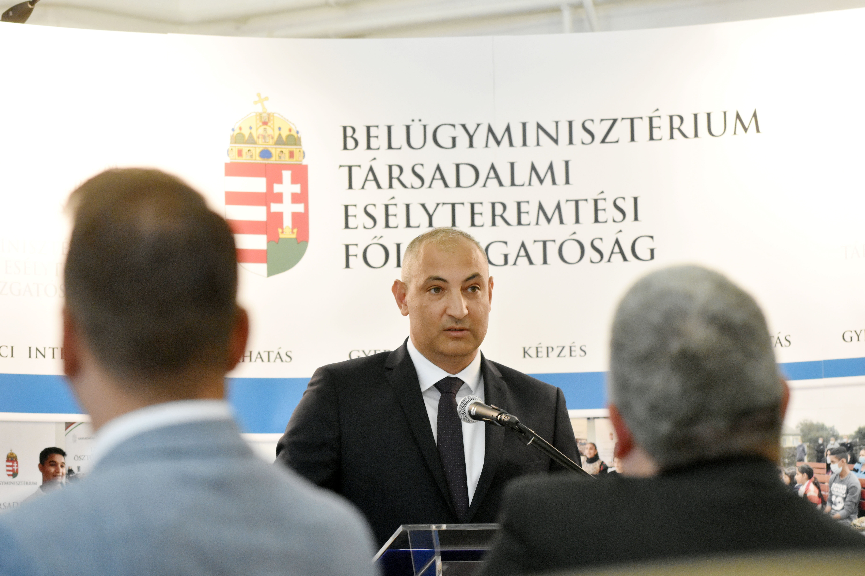 """Az új romaügyi kormánybiztos szerint a romák illetve nem romák viszonyára a """"békés együttélés"""" a jellemző"""