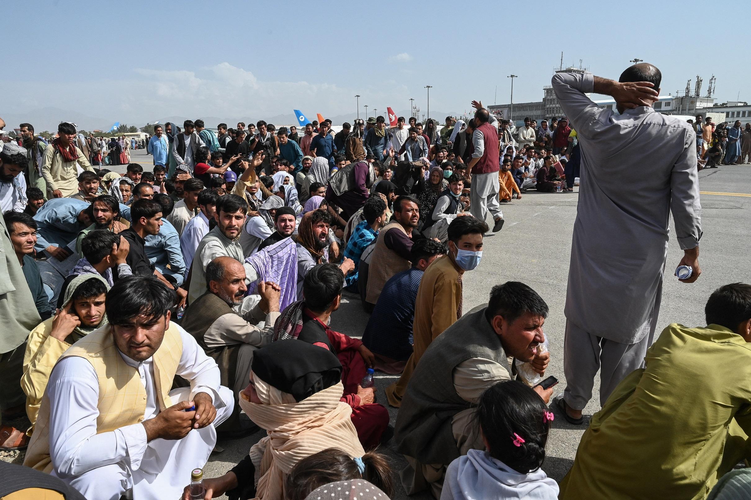 Felfüggesztik az evakuálást Kabulban, miután civilek ezrei rohamozták meg a kifutópályát a reptéren