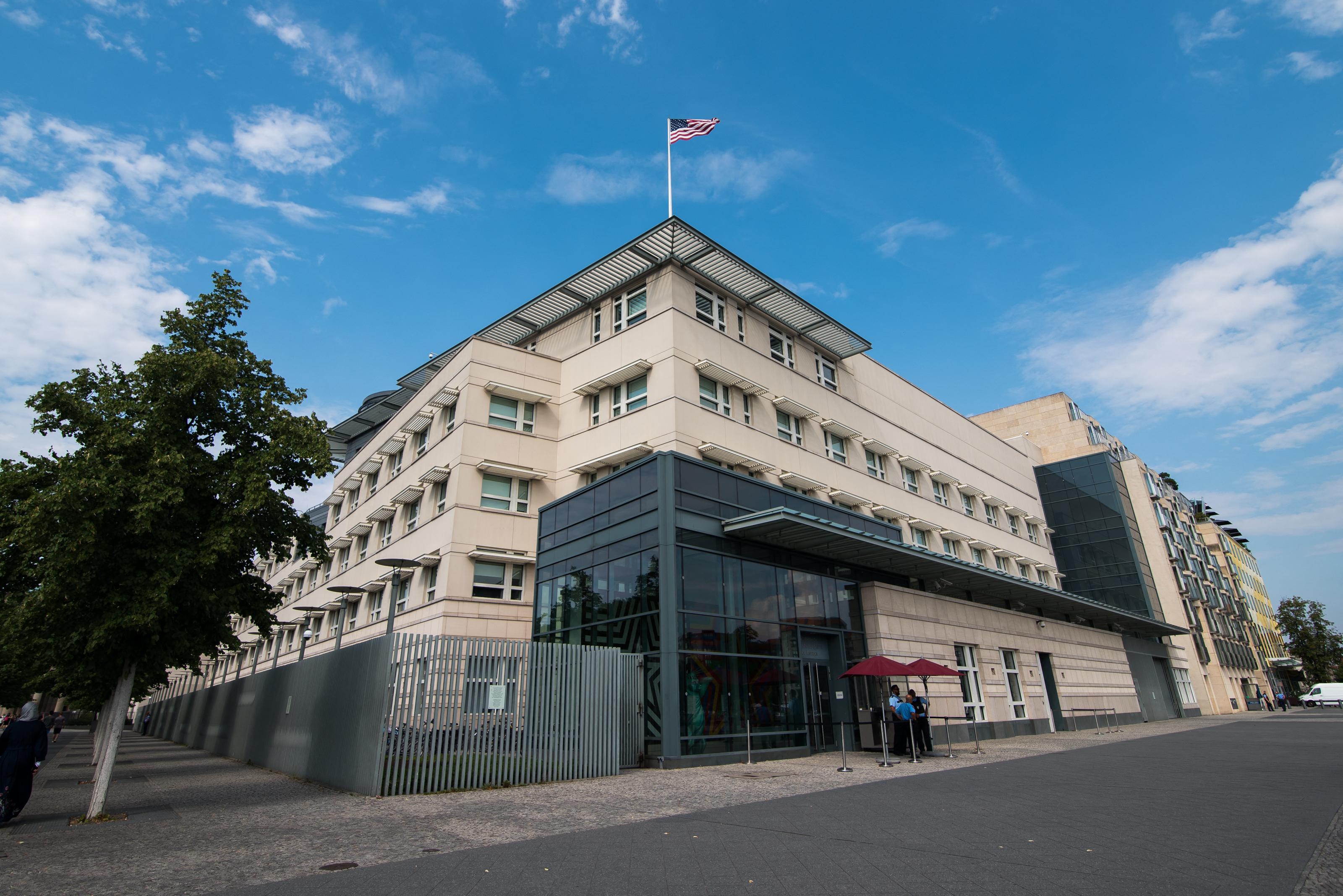 Bécs után az USA berlini nagykövetségén is észleltek rejtélyes megbetegedéseket