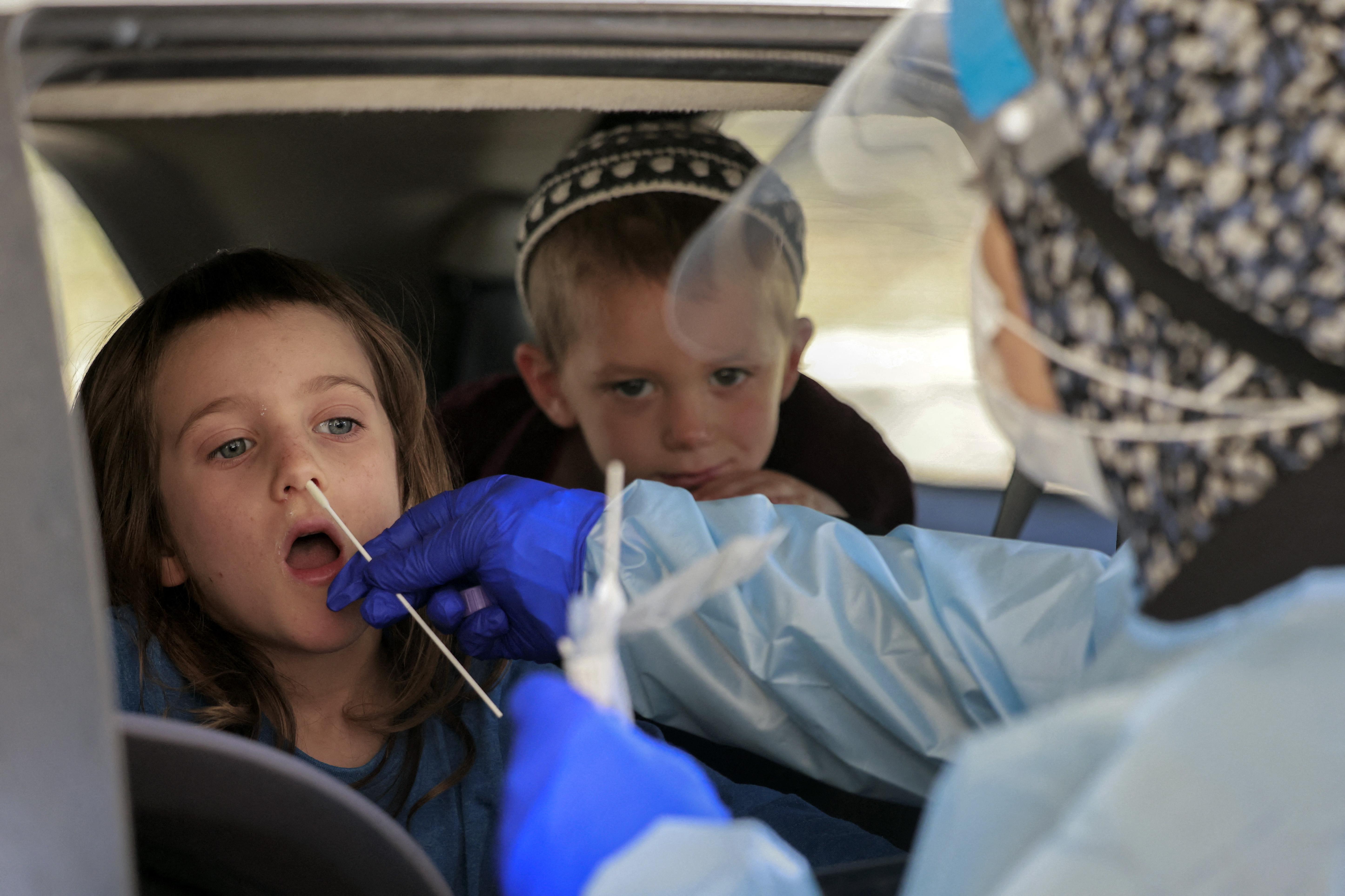 Izraelben a háromévesekre is kiterjesztik a járványügyi korlátozásokat
