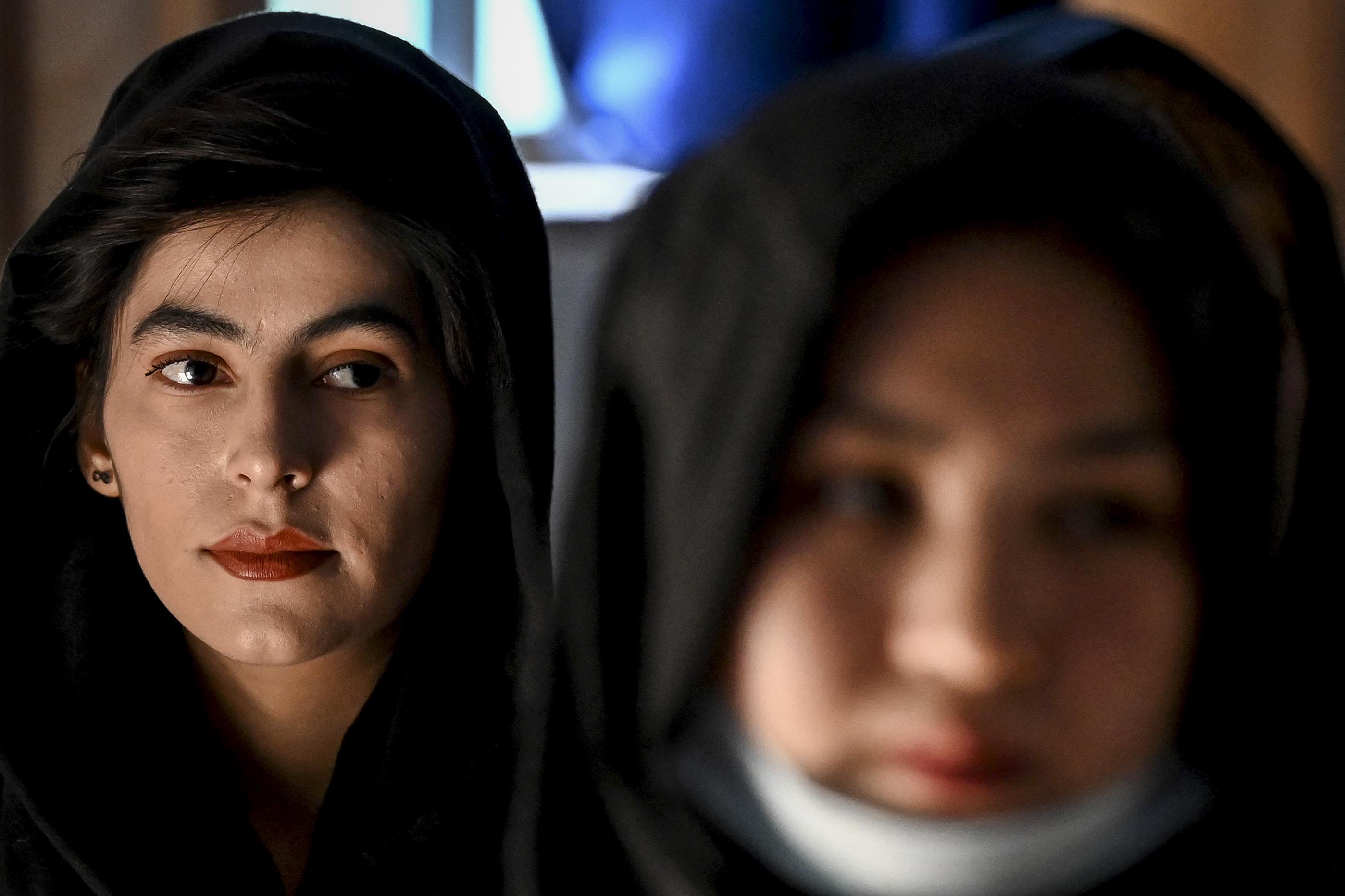 afgán nő találkozása)