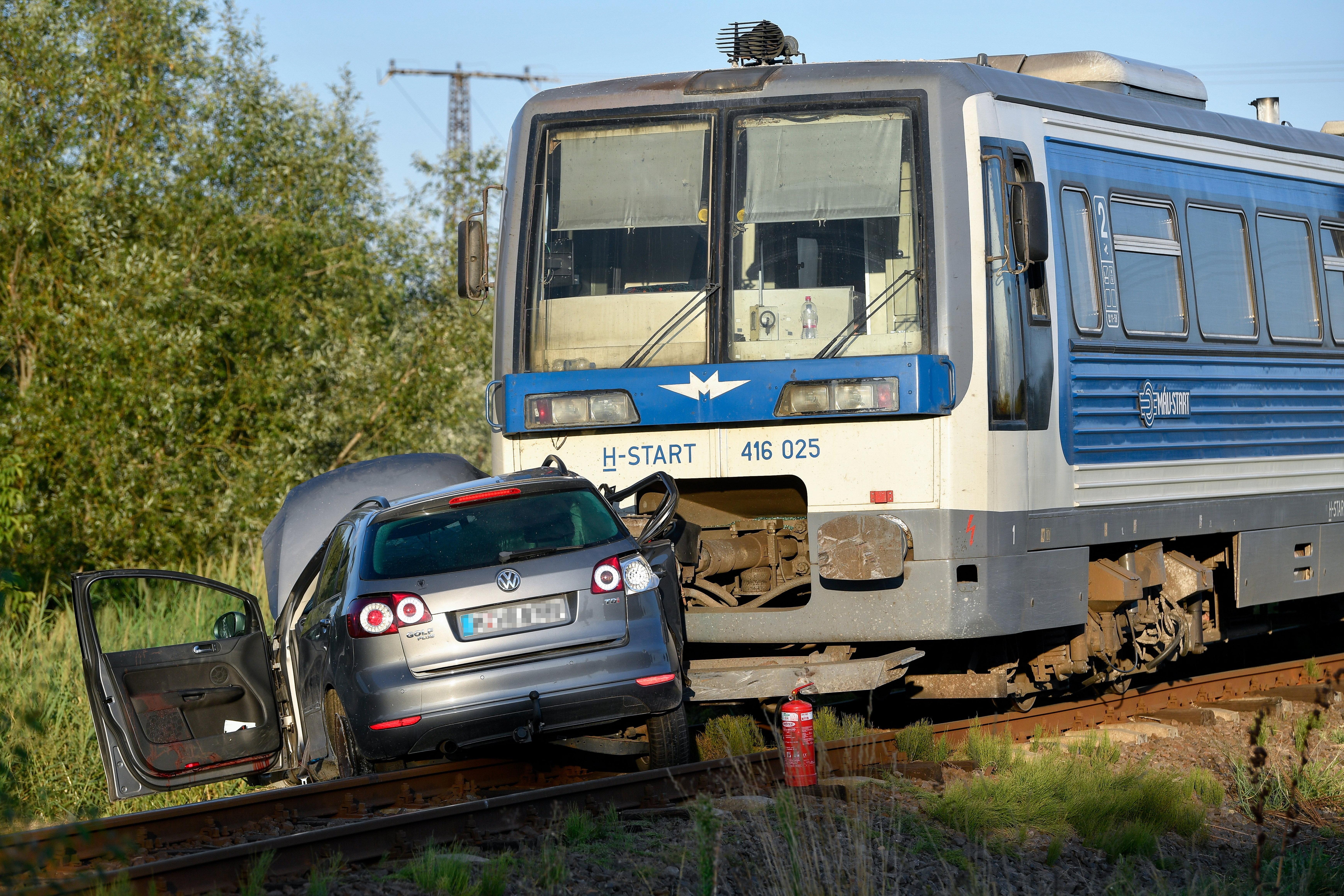 Vonat ütközött személygépkocsival Derecske és Konyár között