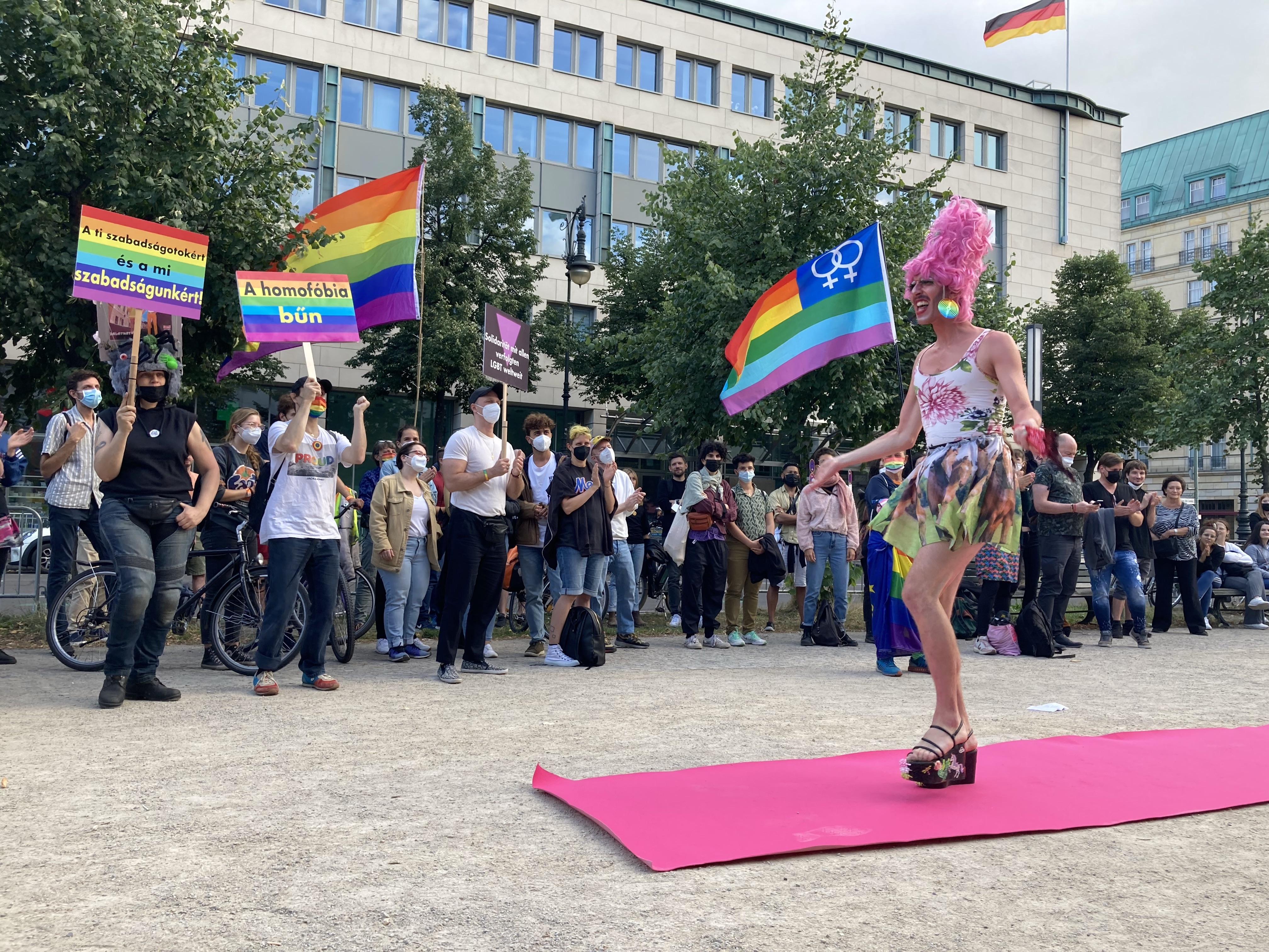 Drag queenekkel ünnepelték az alternatív államalapítást a berlini magyar nagykövetség előtt