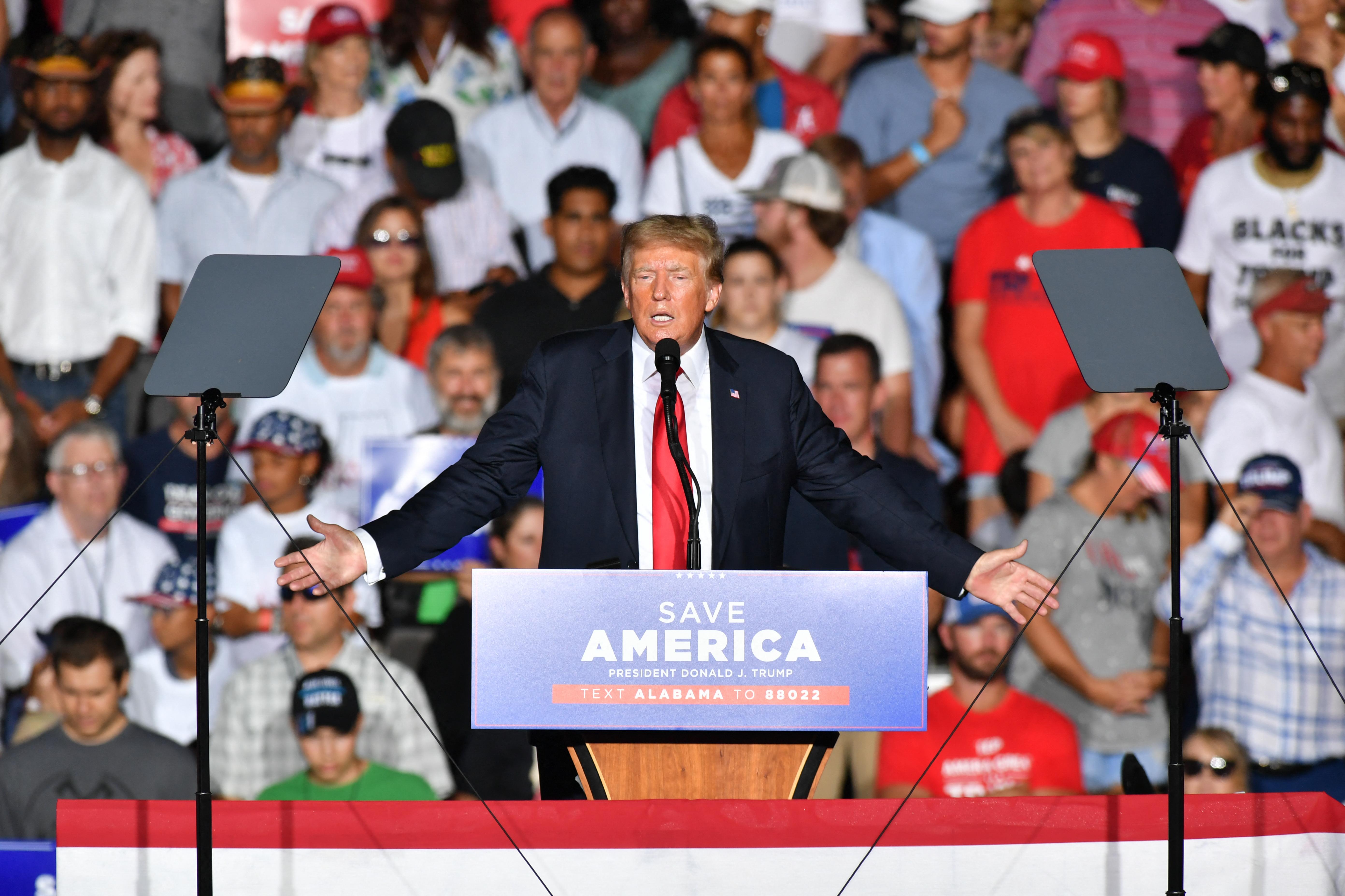 A saját támogatói fújolták Trumpot, amikor az covid-oltás beadására buzdított