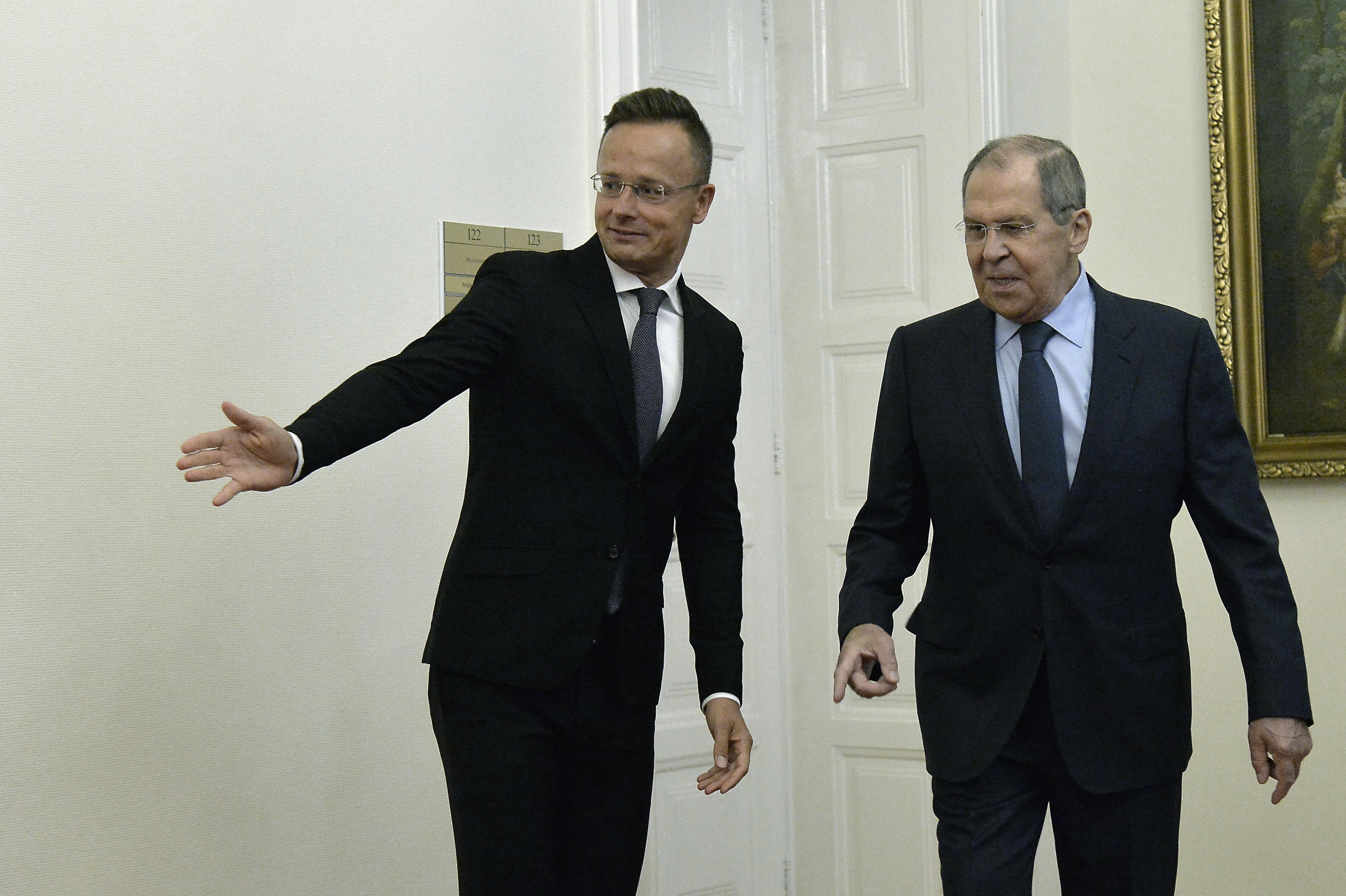 Áder miatt magyarázkodhatott Szijjártó Lavrovval közös sajtótájékoztatóján