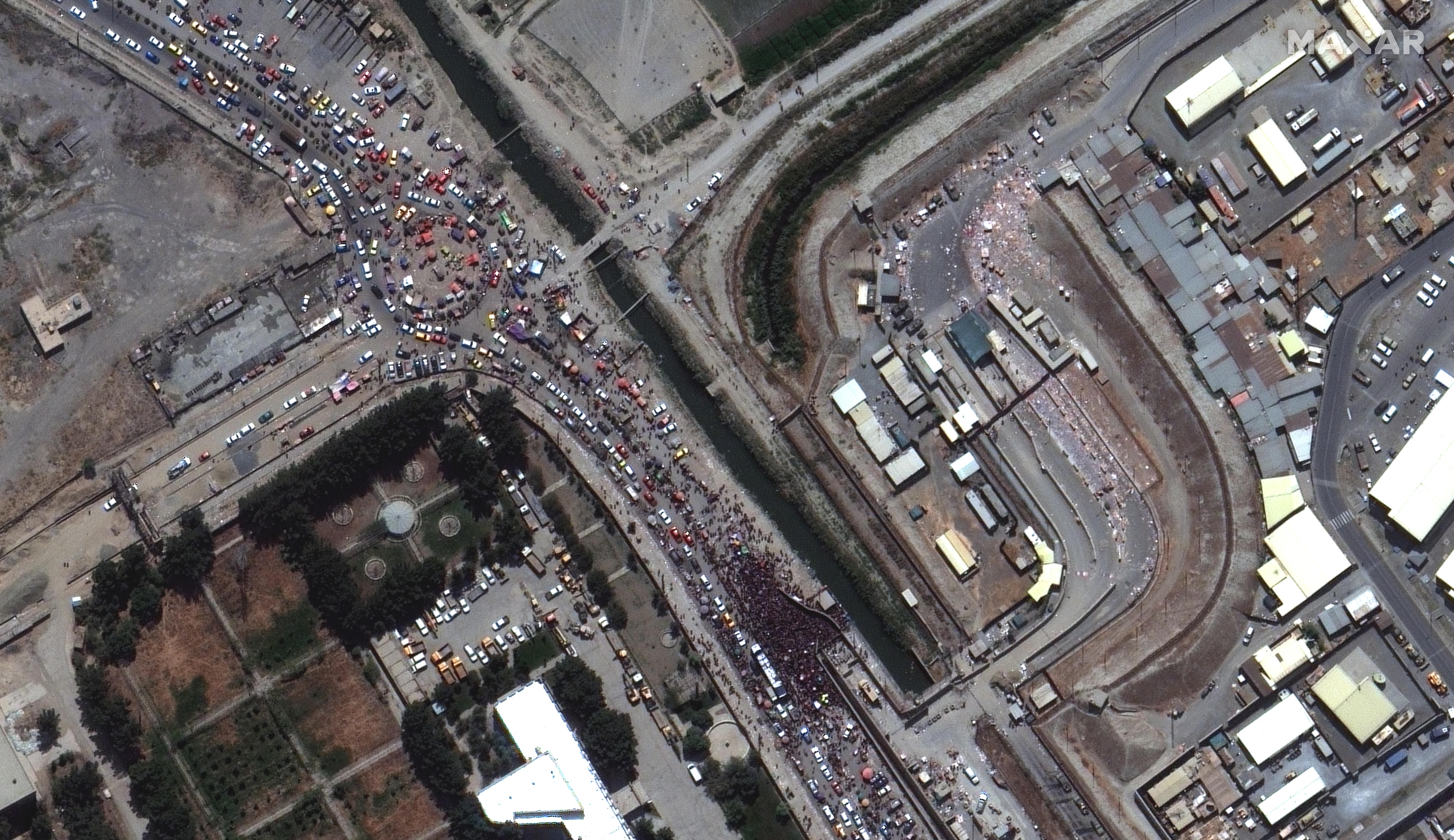 Akkora tömeg próbál kijutni a kabuli reptérre, hogy már műholdképeken is látszik