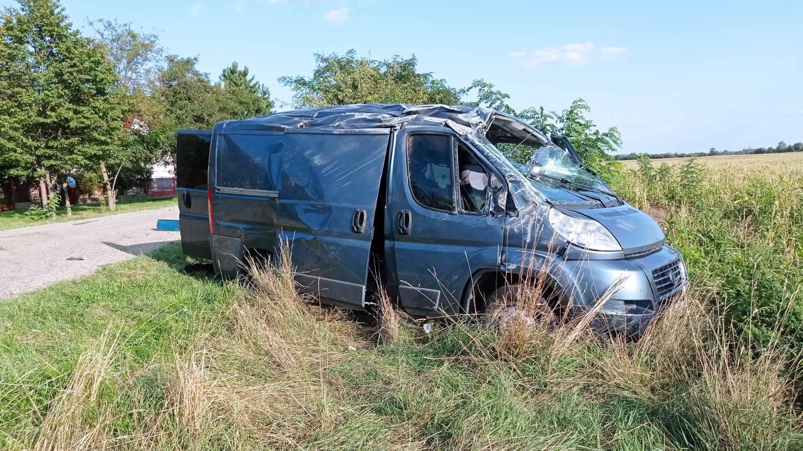 Felborult egy bevándorlókkal teli kisbusz Várbalogon