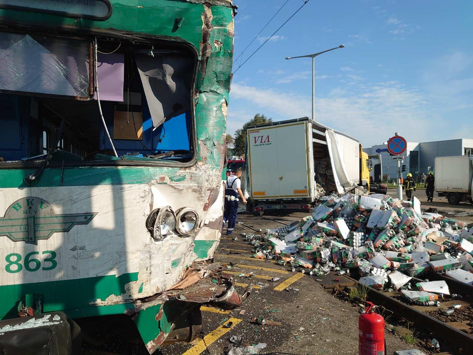 Üdítőket szállító kamionnal ütközött a HÉV Soroksáron