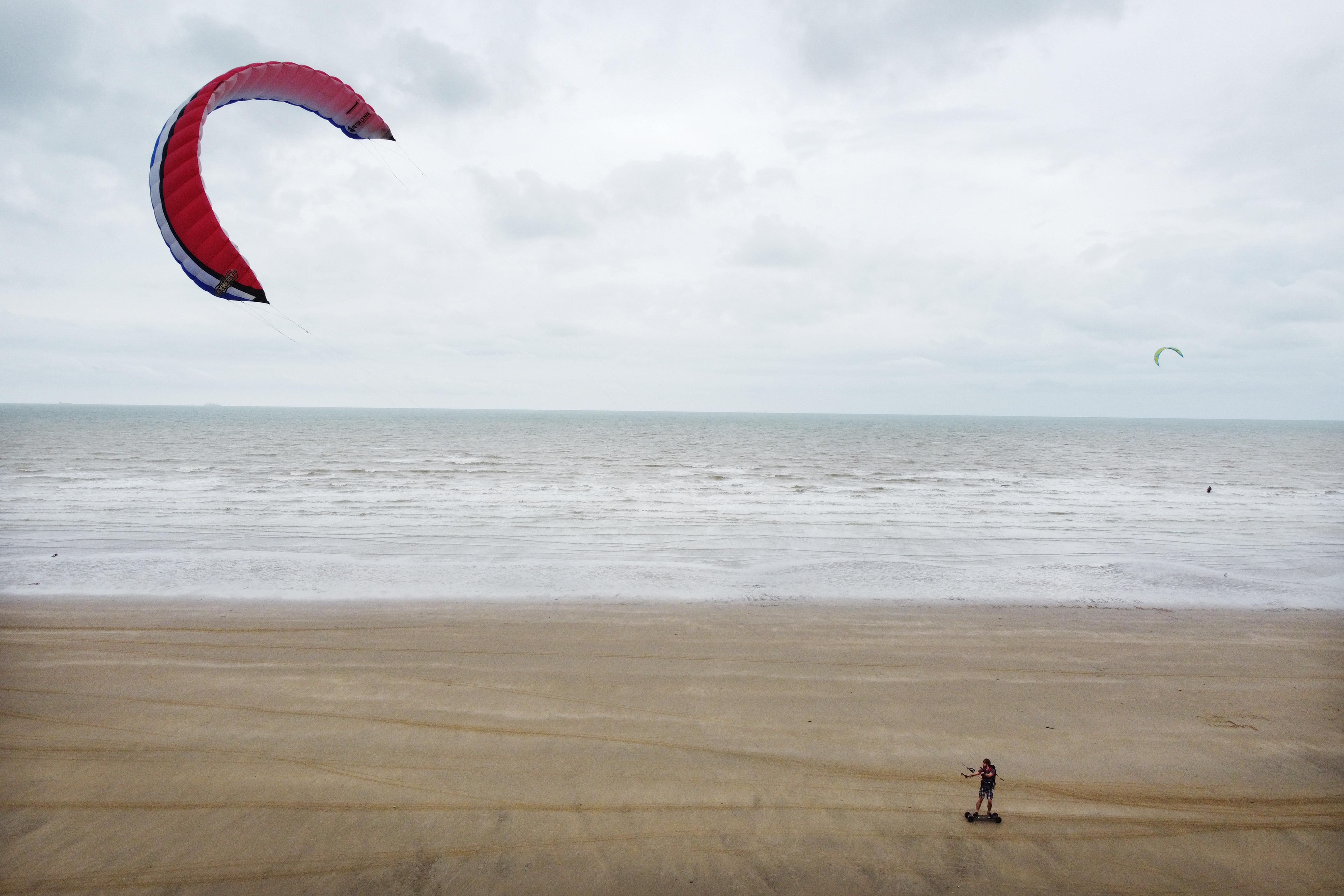 Belekapott a szél egy floridai kite-szörfös ernyőjébe, 122 métert repítette, és egy házfalhoz vágta