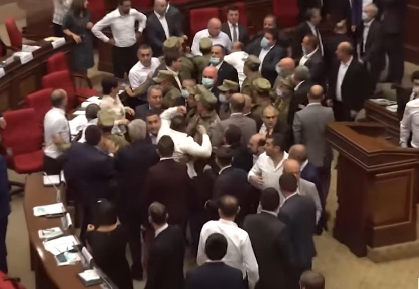 Két nap alatt három tömegverekedés tört ki az örmény parlamentben