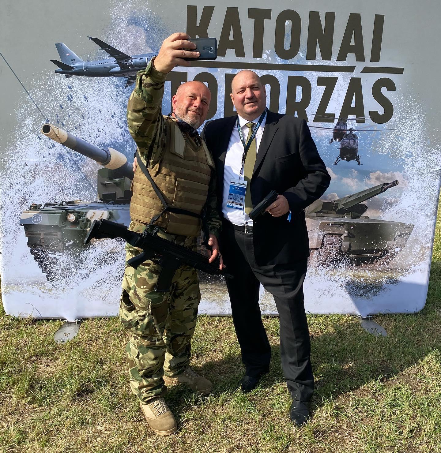 Trigger warning: Németh Szilárd pisztollyal a kezében fotózkodott