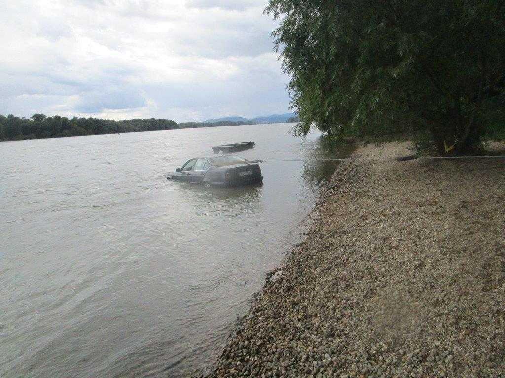 A Dunába merült egy autó Vácnál