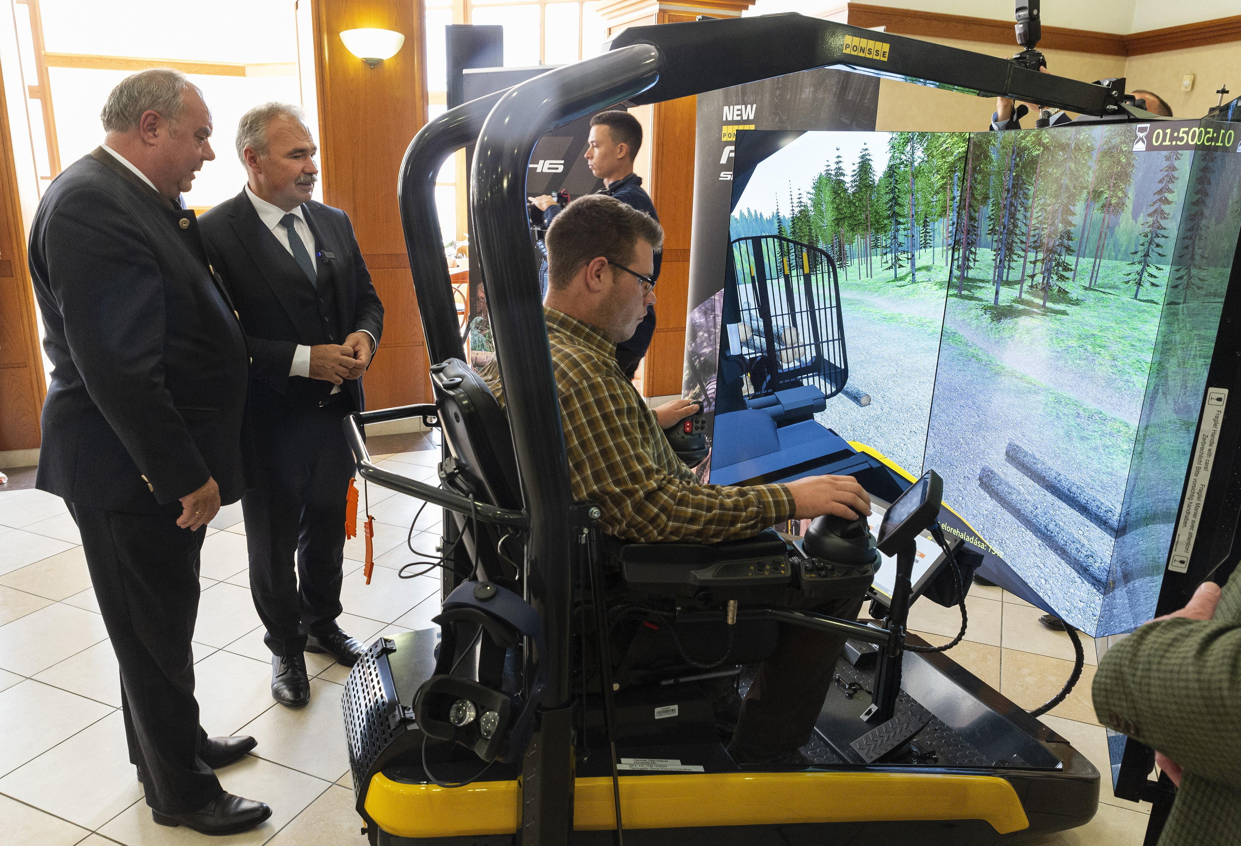 Nagy István megtekintett egy erdészeti munkagép-szimulátort