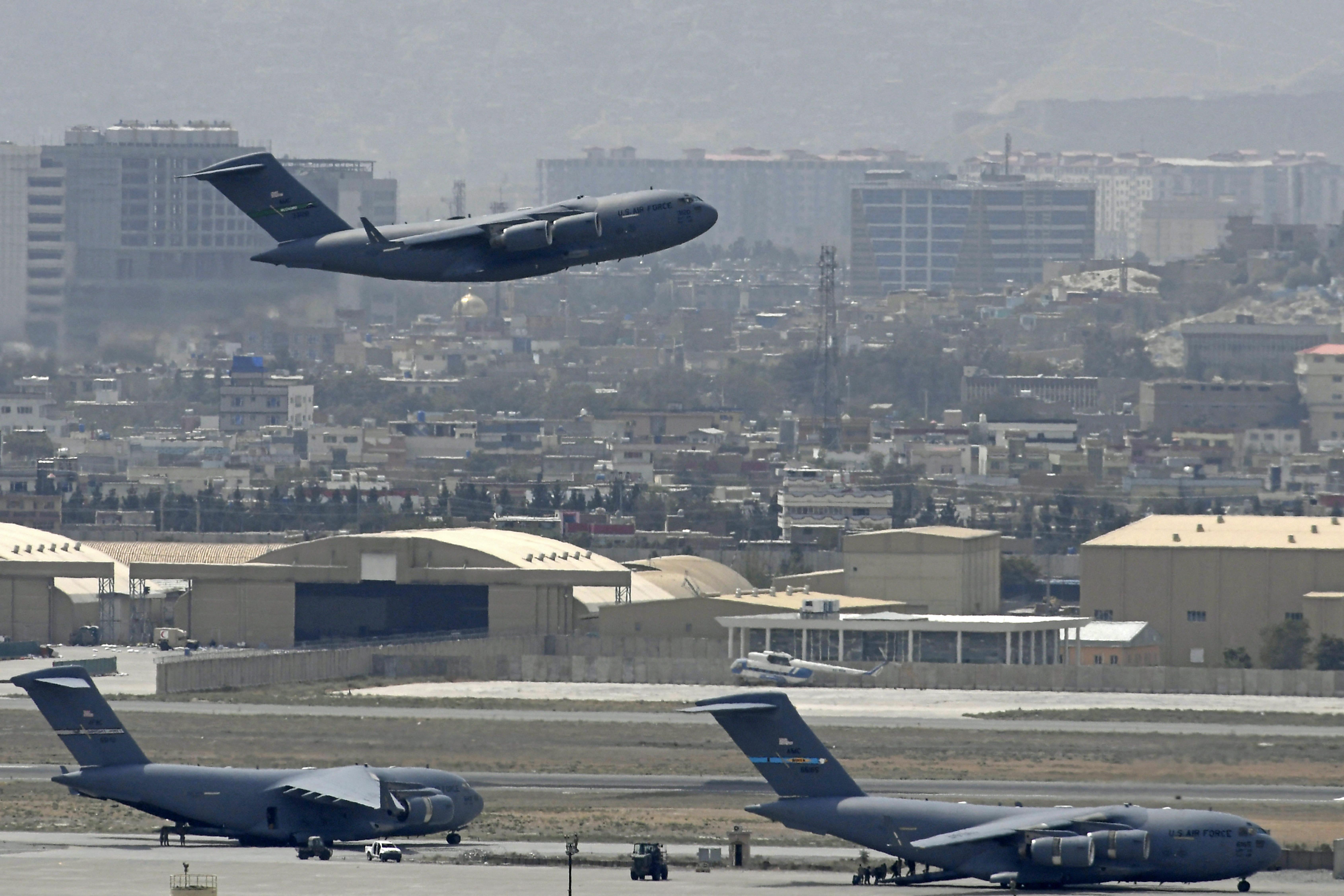 Az utolsó amerikai katonai gépek is elhagyták Afganisztánt, de több száz amerikai maradt az országban