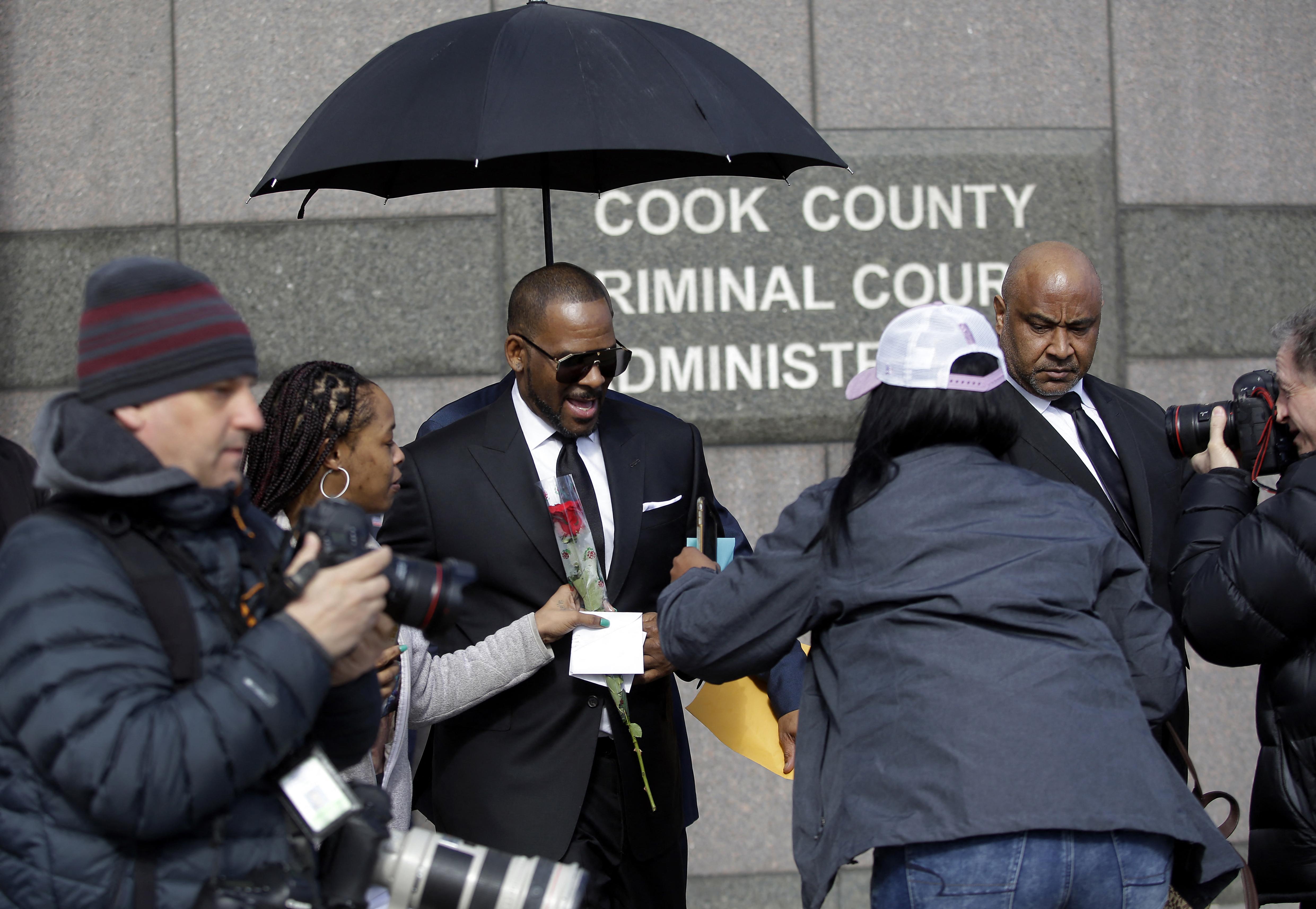Tanúvallomást tett R Kelly ellen egy férfi is, aki szerint az énekes hírnevet ígért neki szexért cserébe