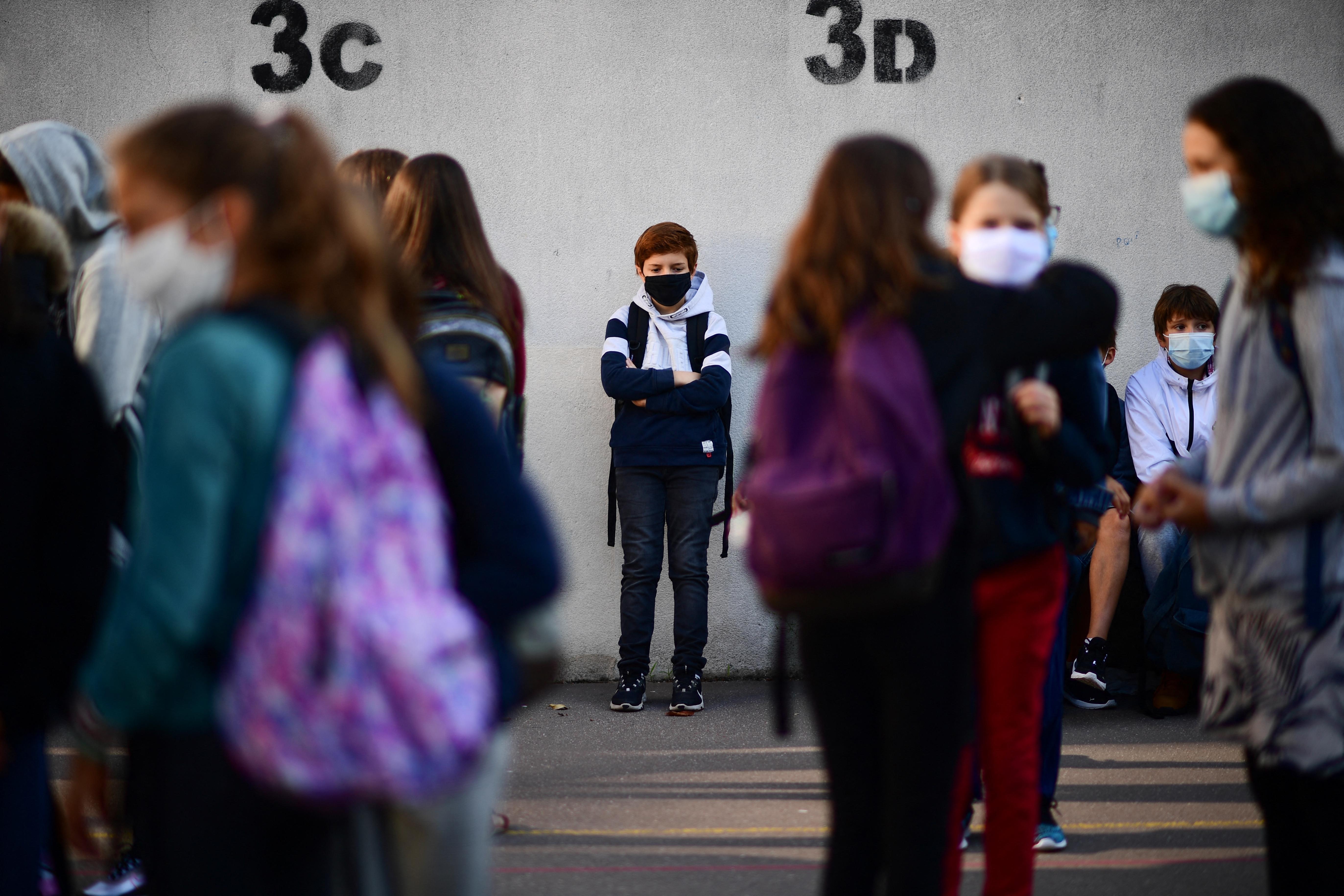 Franciaországban nyálteszttel szűrik a kisiskolásokat, a tanároknak pedig kötelező a heti két teszt