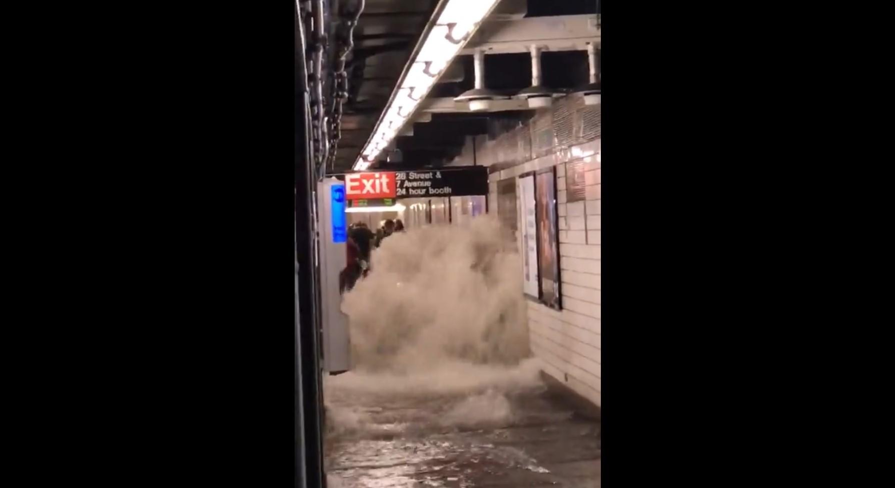 Videón, ahogy a new yorki metrót elönti a víz
