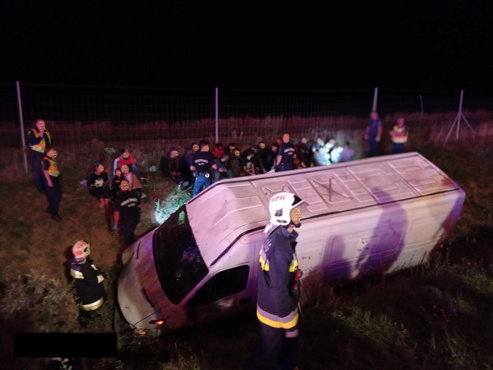 27 embert csempészett volna át Magyarországon, amikor árokba hajtott