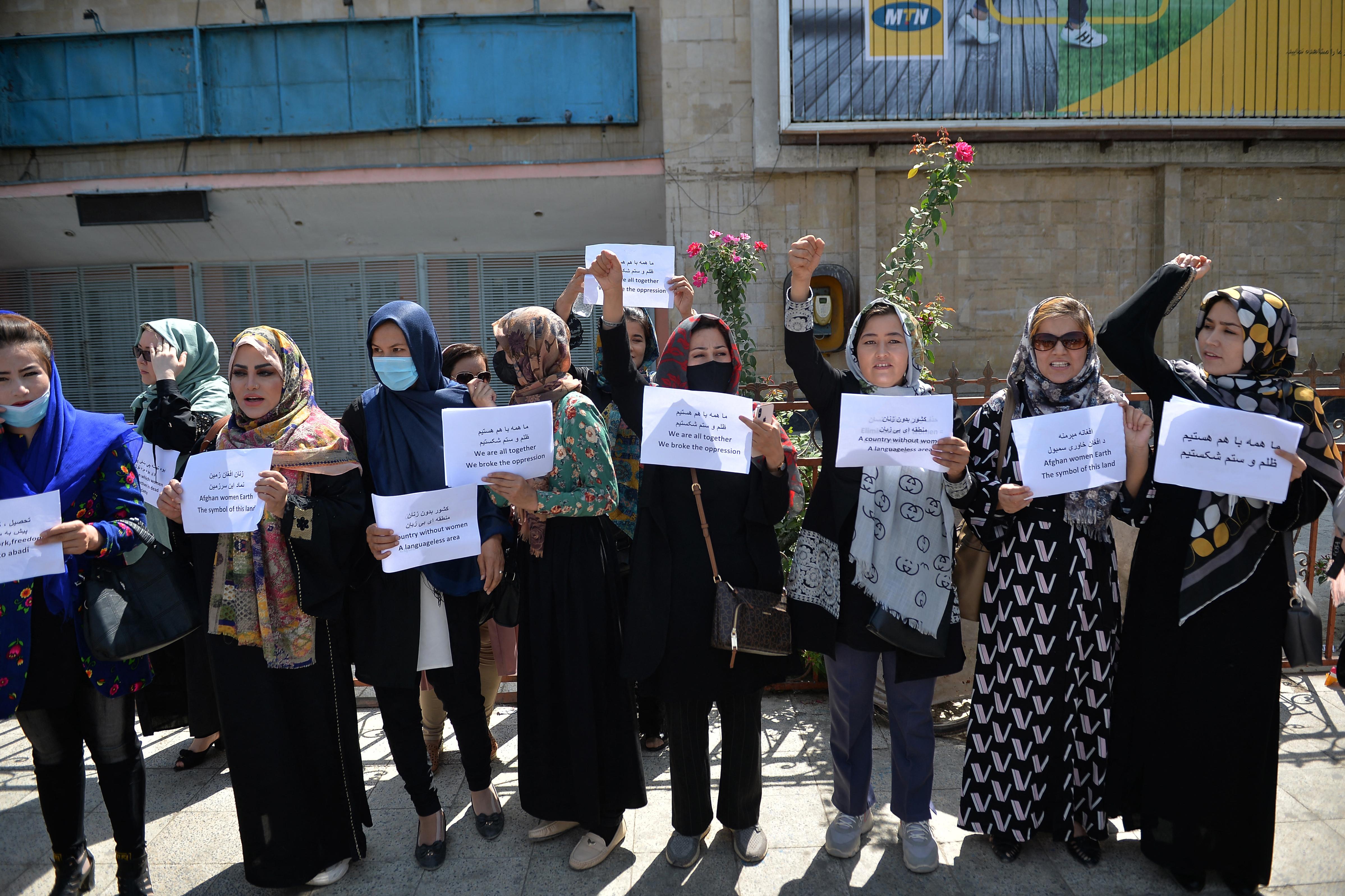 """""""Mottónk a szabadság"""": Húsz nő tüntett Kabulban a tálib elnyomással szemben"""