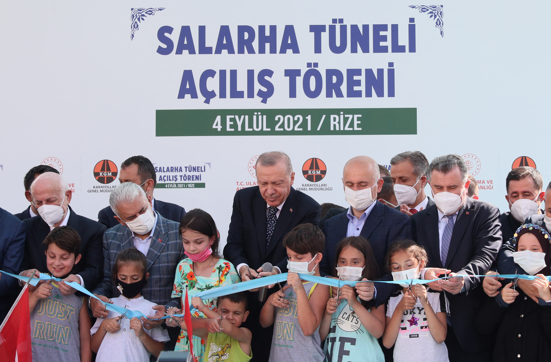 Erdogan egy színpadon ütögette egy kisfiú fejét