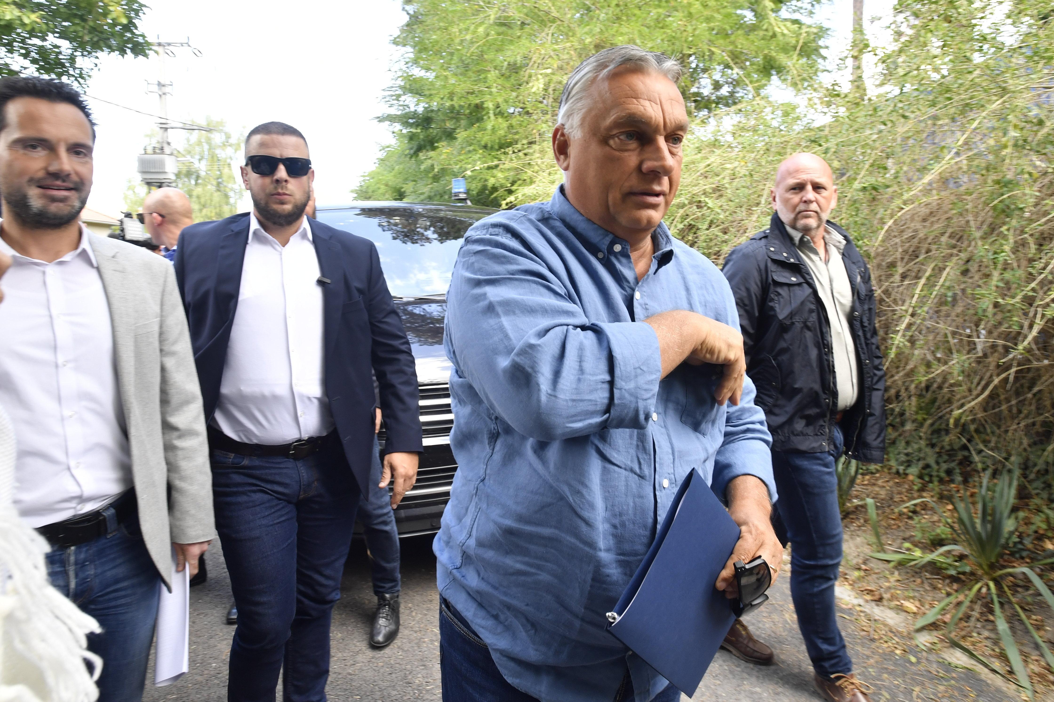 Kötcsei Fidesz-lagzi és pápa a kanyarban