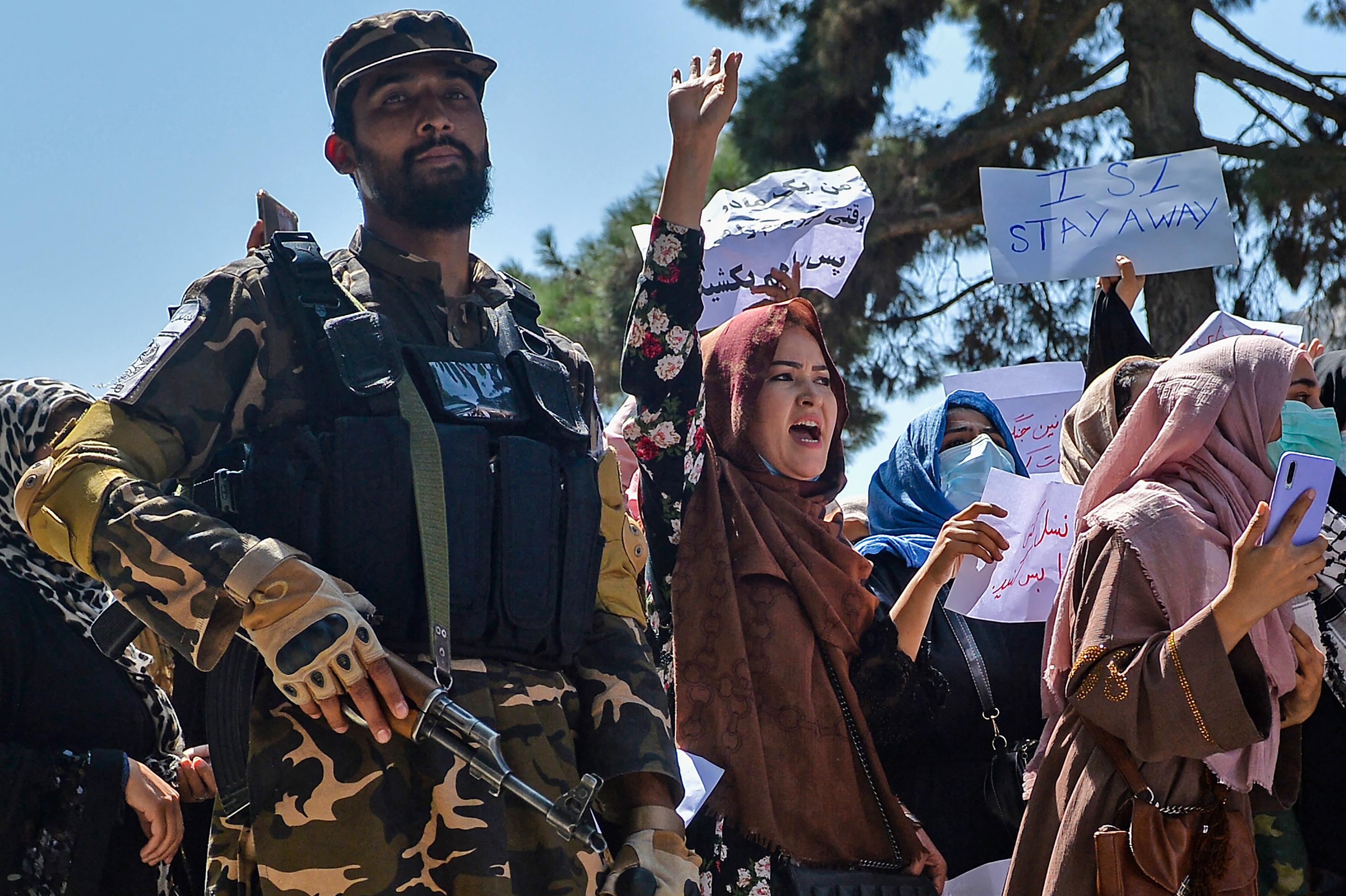 Százak mentek utcára Kabulban, a tálibok a levegőbe lőttek