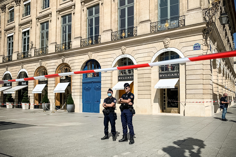 Filmbe illő rablás Párizsban: tízmillió eurónyi luxusékszert loptak el az öltönyös tolvajok, autósüldözés lett belőle