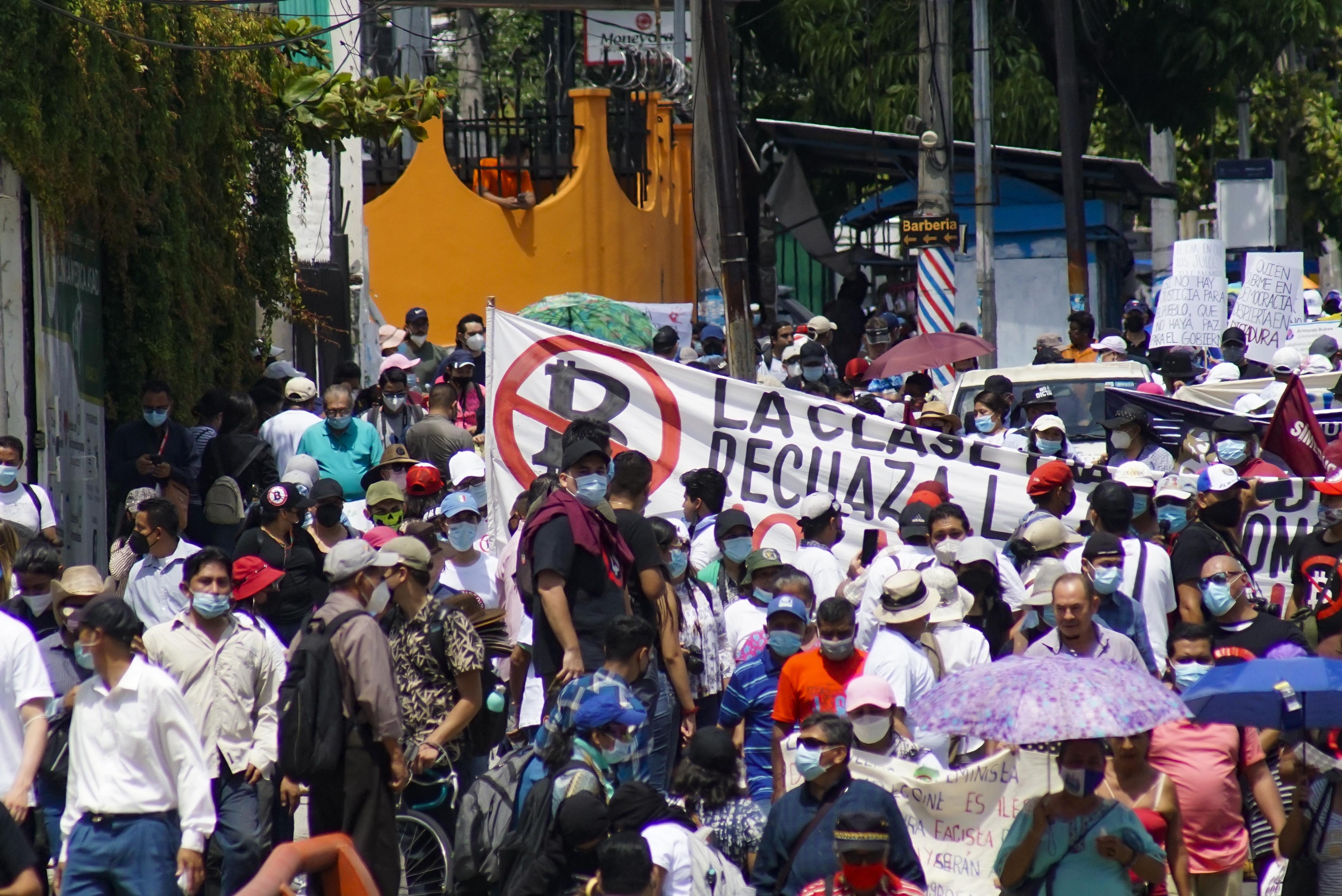 Tüntetés és árfolyamesés kísérte, ahogy a bitcoin hivatalos fizetőeszköz lett Salvadorban