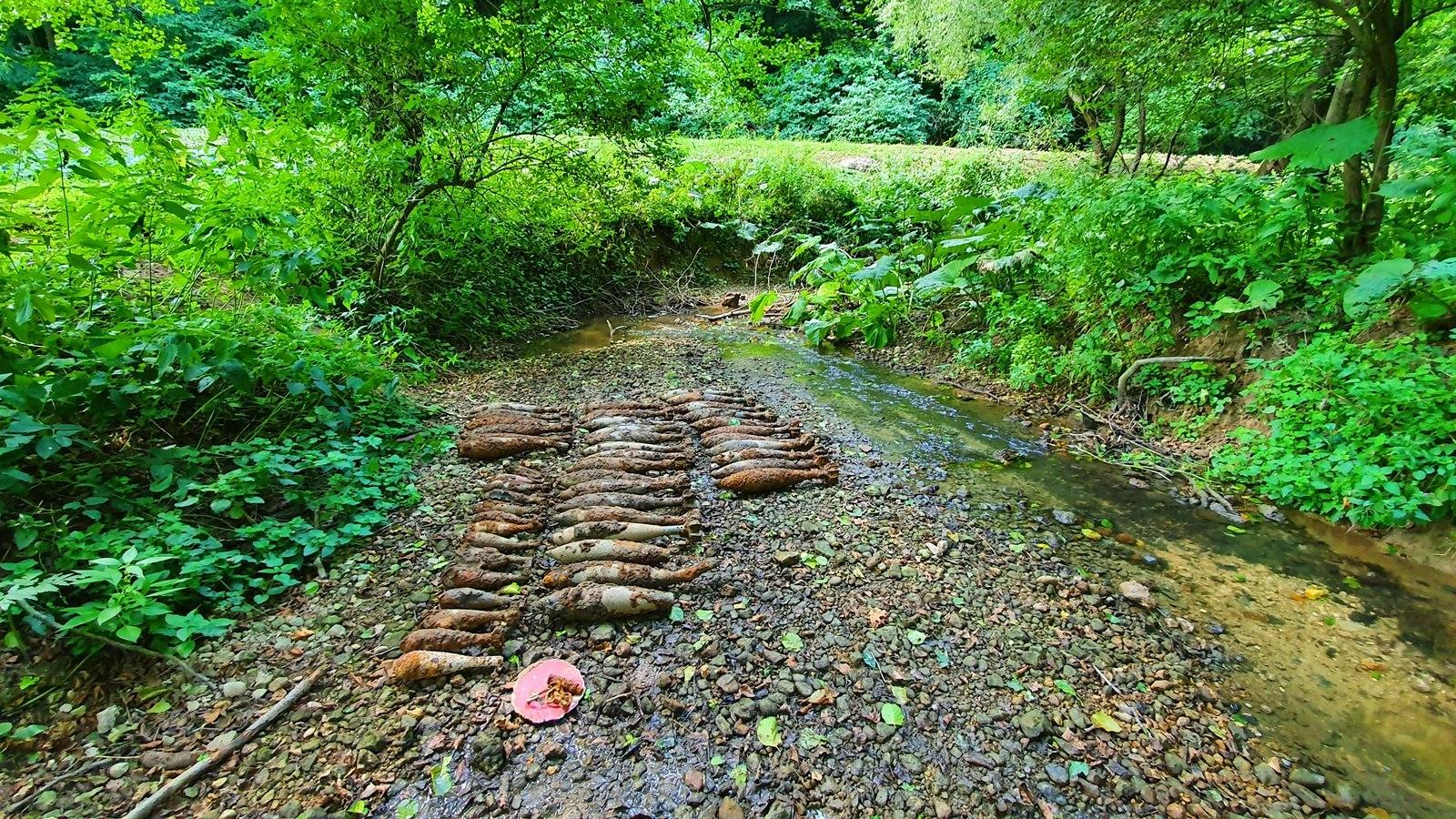 Halnak látszó tárgyak: több mint 50 világháborús bombát találtak egy bakonyi patakban