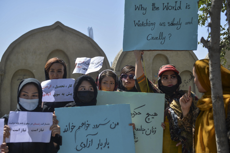 Afganisztánban előre kell engedélyeztetni a tüntetéseken használandó plakátokat